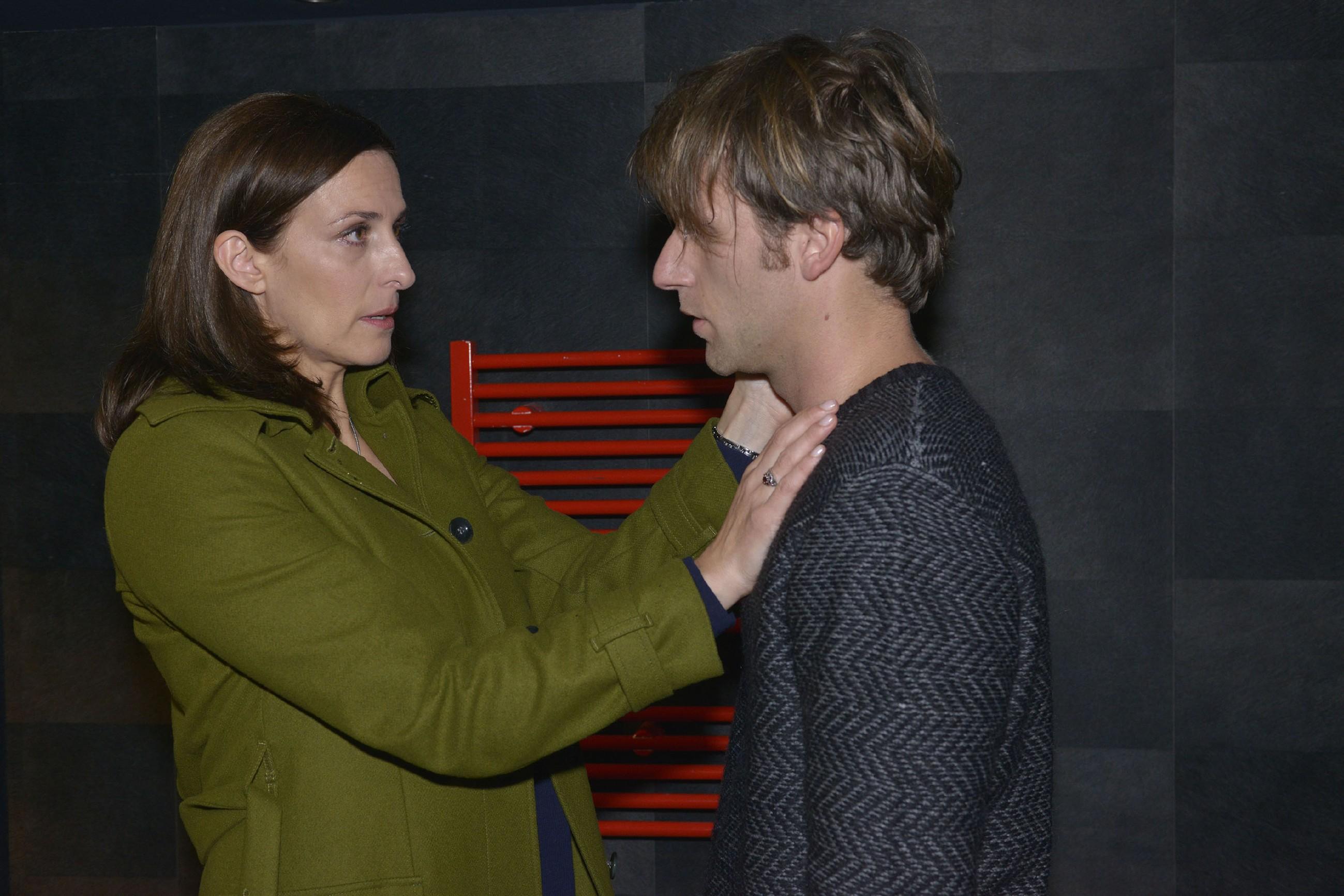 Katrin (Ulrike Frank) versucht den verzweifelten Till (Merlin Leonhardt) aufzufangen. (Quelle: RTL / Rolf Baumgartner)