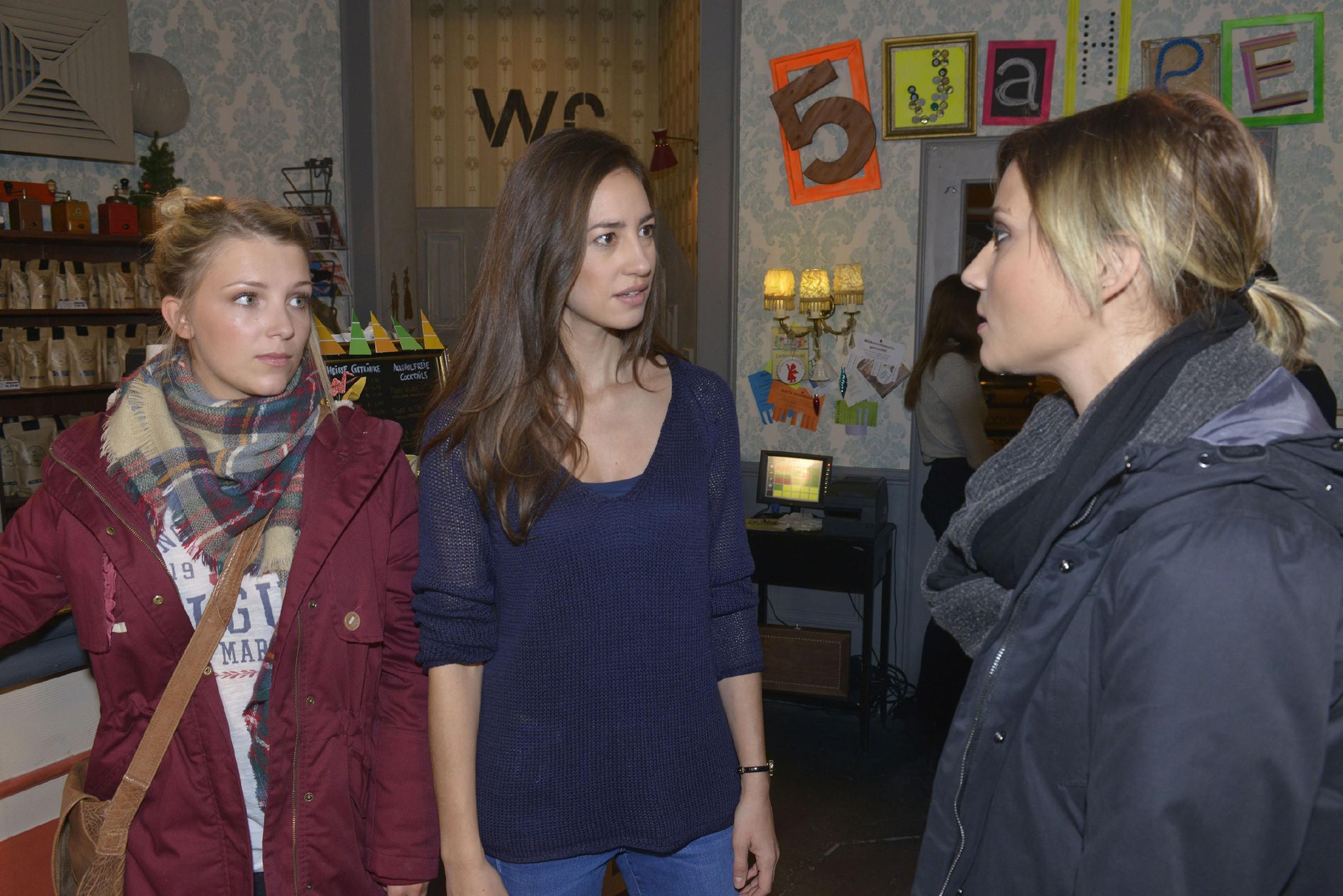 Elena (Elena Garcia Gerlach, M.) reicht es, als Anni (Linda Marlen Runge, r.) ihr in Gegenwart von Lilly (Iris Mareike Steen) Boshaftigkeit unterstellt... (Quelle: RTL / Rolf Baumgartner)