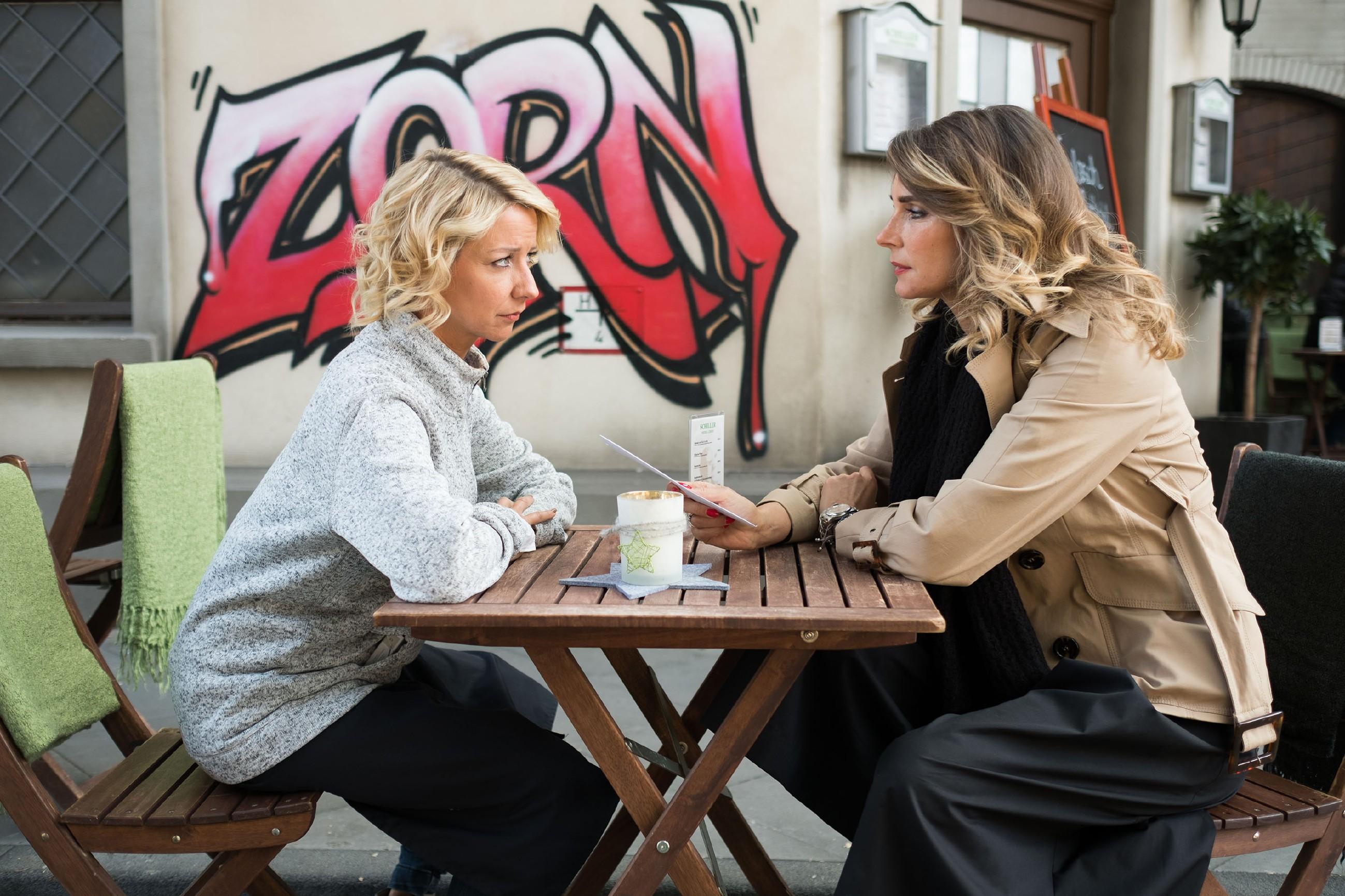 Eva (Claudelle Deckert, r.) fordert Ute (Isabell Hertel) drohend auf, besser die Schillerallee zu verlassen... (Quelle: RTL / Stefan Behrens)