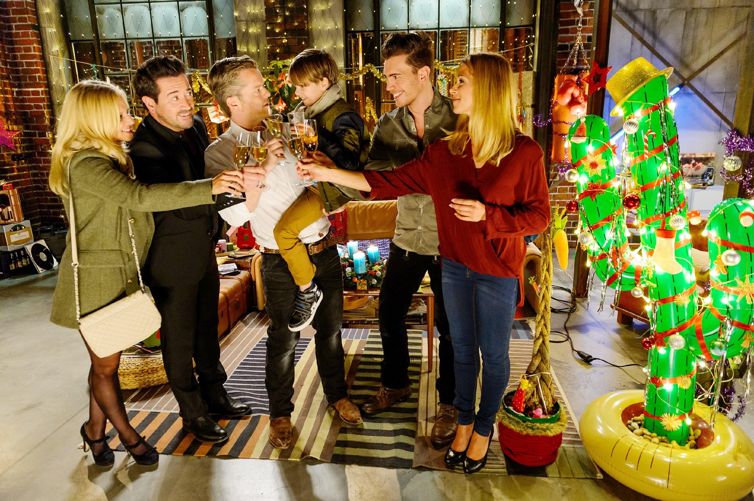 Trotz Plastik-Kaktus statt Tannenbaum wird das vorgezogene Weihnachtsfest ein voller Erfolg: Ausgelassen stoßen (v.l.) Lena (Juliette Greco), Marian (Sam Eisenstein), Ingo (André Dietz), Alexander (Ralf-Maximilan Prack), Ronny (Bela Klentze) und Diana (Tanja Szewczenko) auf Weihnachten an. (Quelle: RTL / Willi Weber)