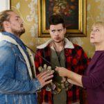 Leo (Julian Bayer, l.) und Ronny (Bela Klentze) erklären Frau Scholz (Inge Brings) kleinlaut, dass sie den gebrachten Weihnachtsbaum leider wieder mitnehmen müssen. Doch da haben sie die resolute Haushälterin wohl unterschätzt... (Quelle: RTL / Willi Weber)
