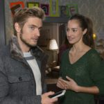 Als Elena (Elena Garcia Gerlach) ihre Freunde vermisst, ist es ausgerechnet Philip (Jörn Schlönvoigt), der sie tröstet und ihr rät, einfach abzuwarten. (RTL / Rolf Baumgartner)