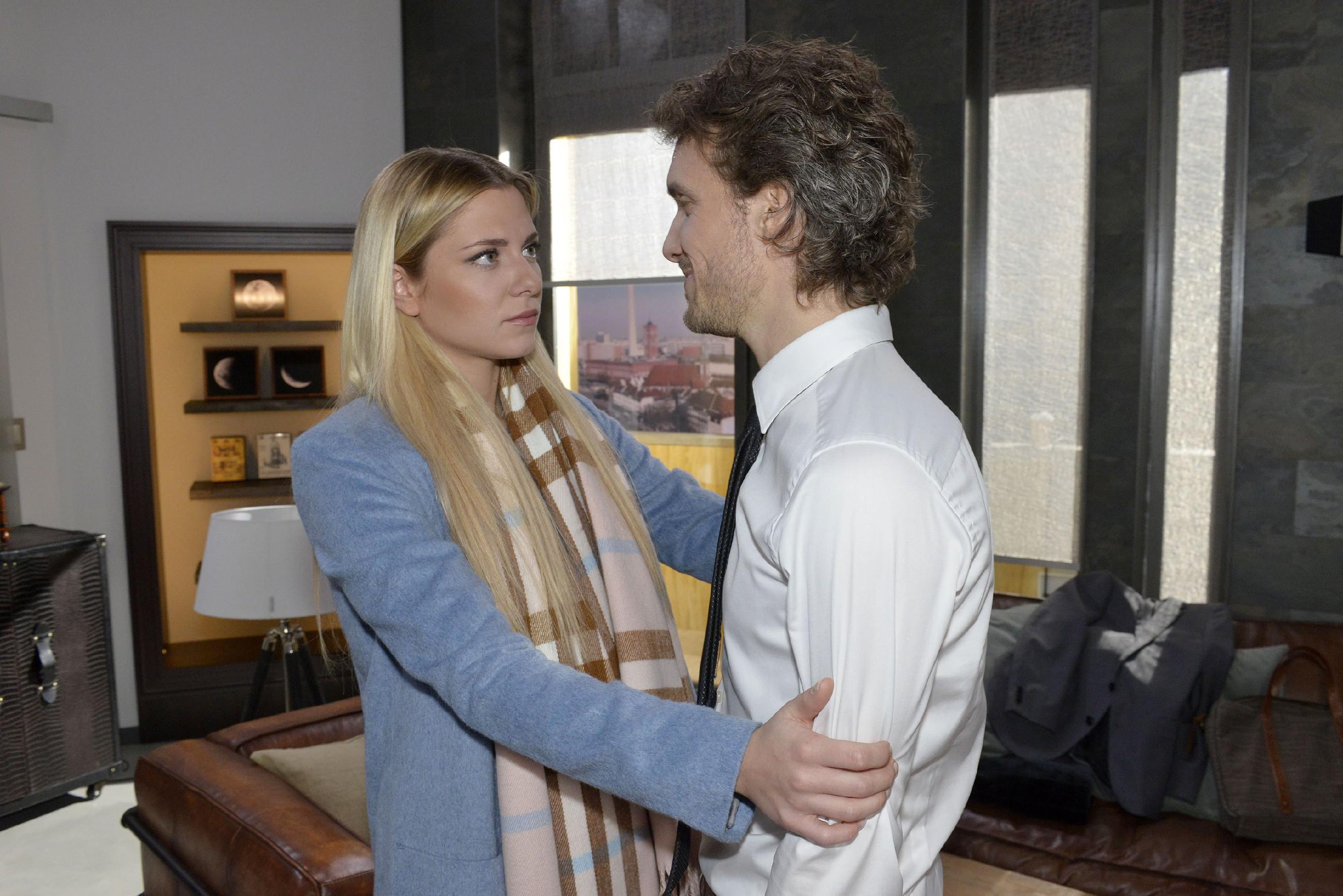Sunny (Valentina Pahde) versucht Felix (Thaddäus Meilinger) nach dem emotionalen Zusammenstoß mit seiner Mutter aufzufangen. (RTL / Rolf Baumgartner)