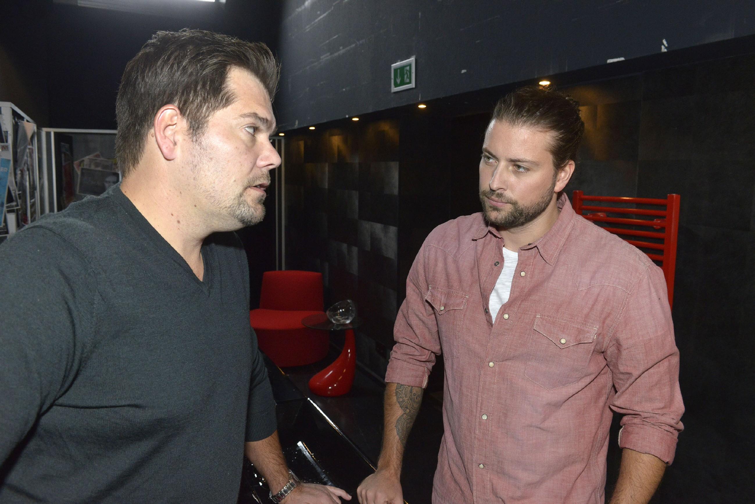 Leon (Daniel Fehlow, l.) versucht Johns (Felix von Jascheroff) Wut auf Maren runterzukochen und um Verständnis für Maren zu werben. (RTL / Rolf Baumgartner)