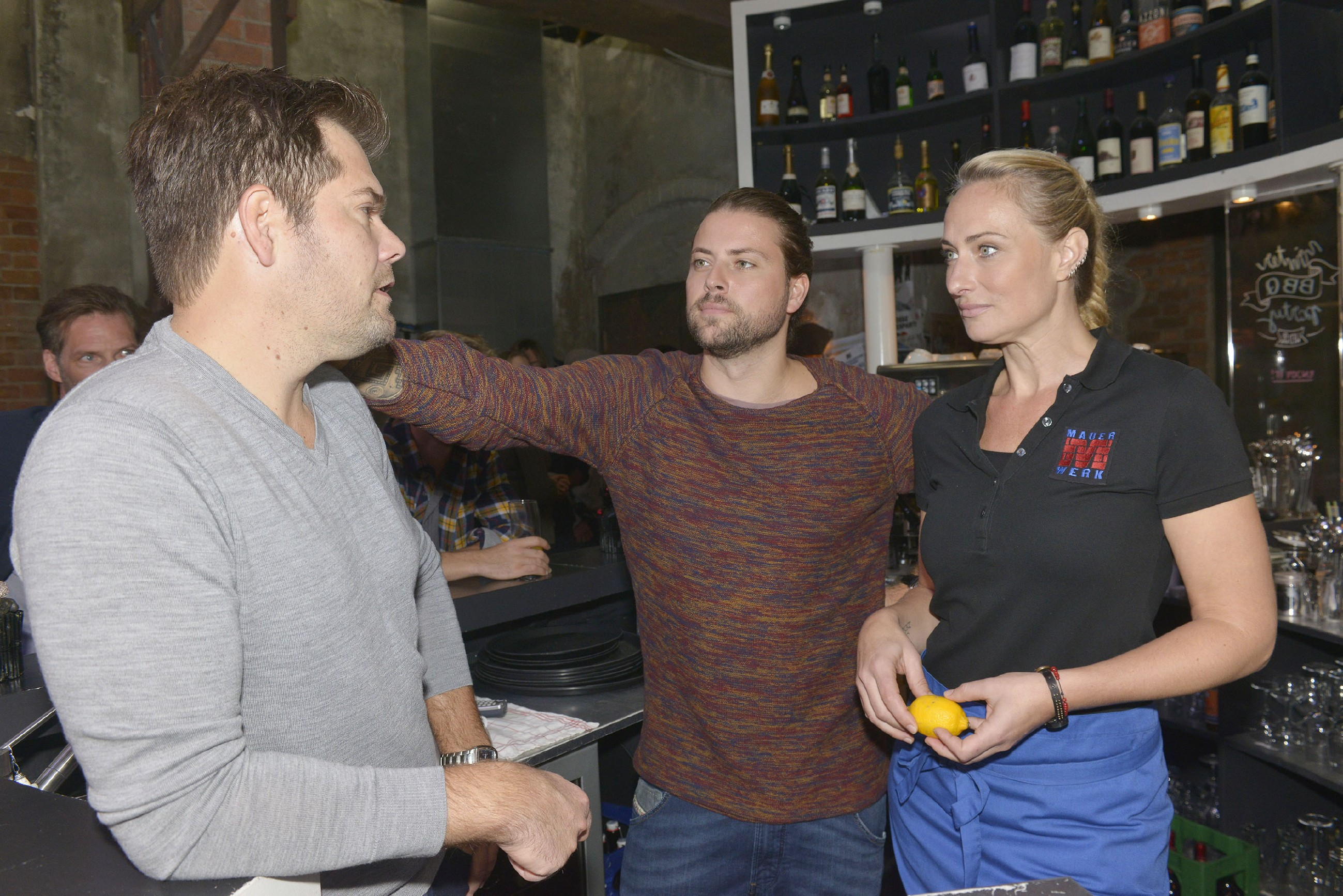 Als Leon (Daniel Fehlow, l.) überraschend mit Sophie verreisen will, schlägt er John (Felix von Jascheroff) vor, mit Maren (Eva Mona Rodekirchen) als Leons Vertretung zusammenzuarbeiten. Aber ist das wirklich eine gute Idee? (RTL / Rolf Baumgartner)