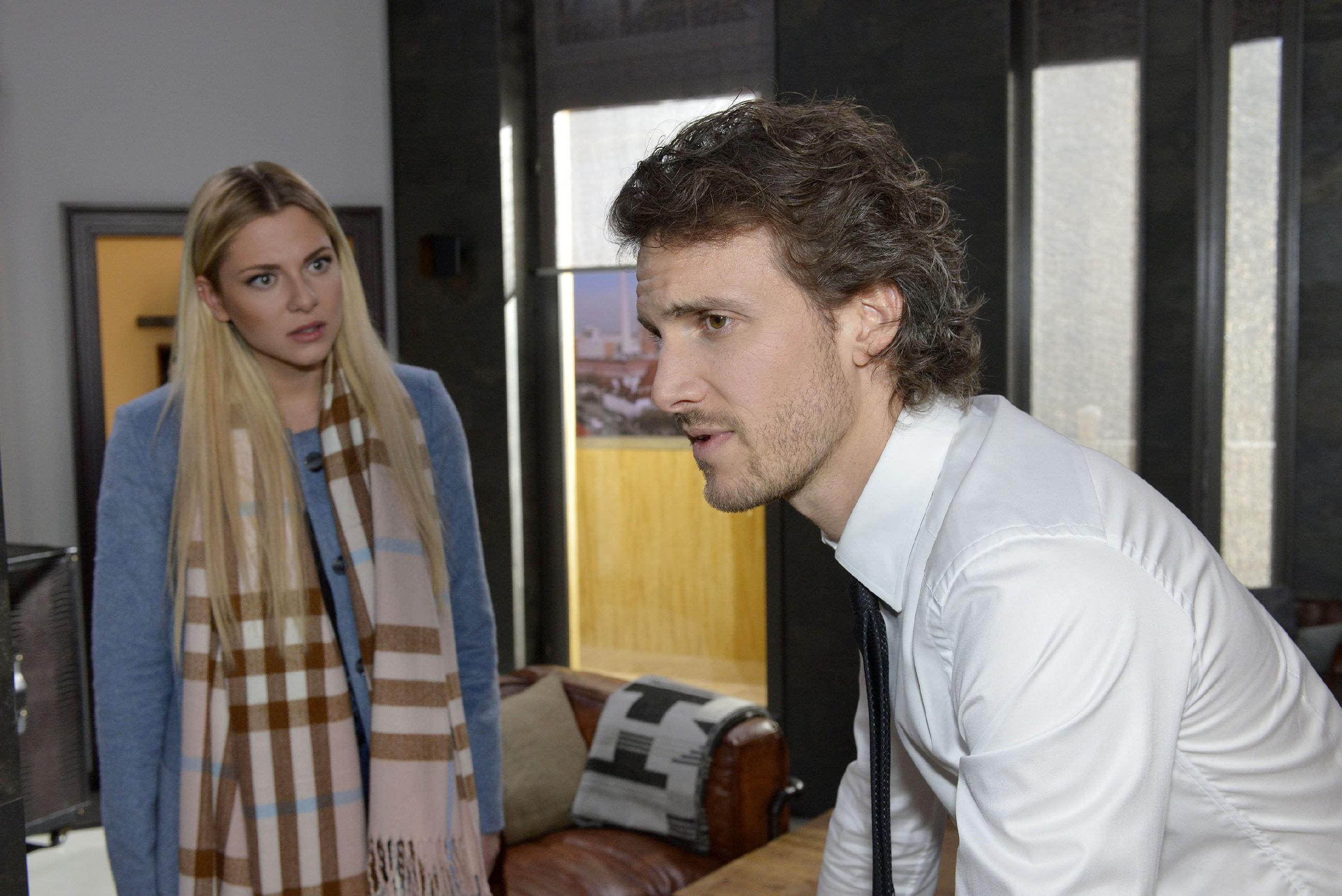 Sunny (Valentina Pahde) schmerzt es, Felix (Thaddäus Meilinger) so deprimiert zu sehen. (RTL / Rolf Baumgartner)