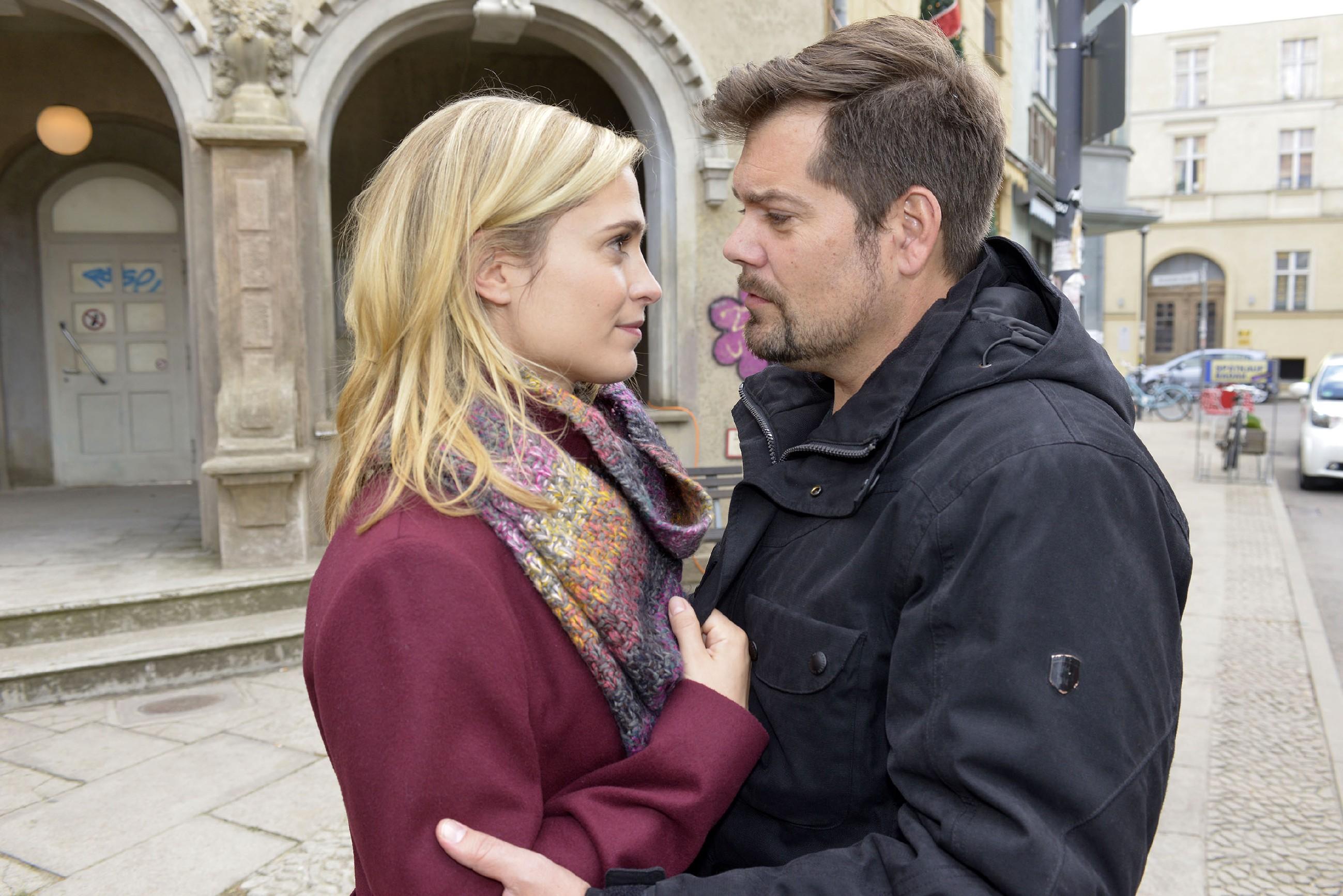 Leons (Daniel Fehlow) Worte haben Sophie (Lea Marlen Woitack) zum Nachdenken gebracht und sie geht einen großen Schritt auf Leon zu. Haben die beiden noch eine Chance? (RTL / Rolf Baumgartner)