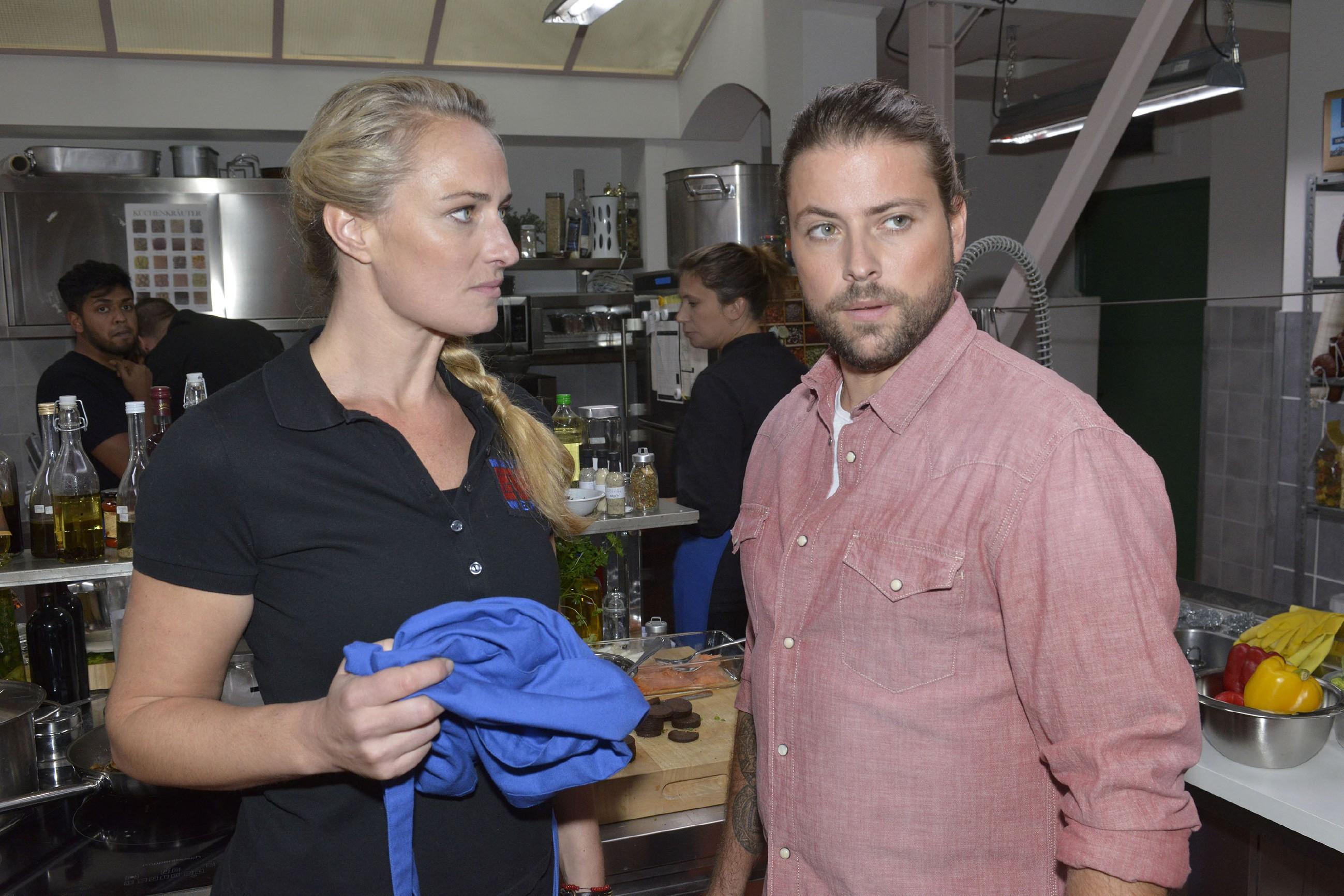 Als John (Felix von Jascheroff) ein gravierender Fehler im Club passiert, kann sich Maren (Eva Mona Rodekirchen) eine Spitze nicht verkneifen und kassiert dafür eine harsche Ansage ihres Chefs... (RTL / Rolf Baumgartner)