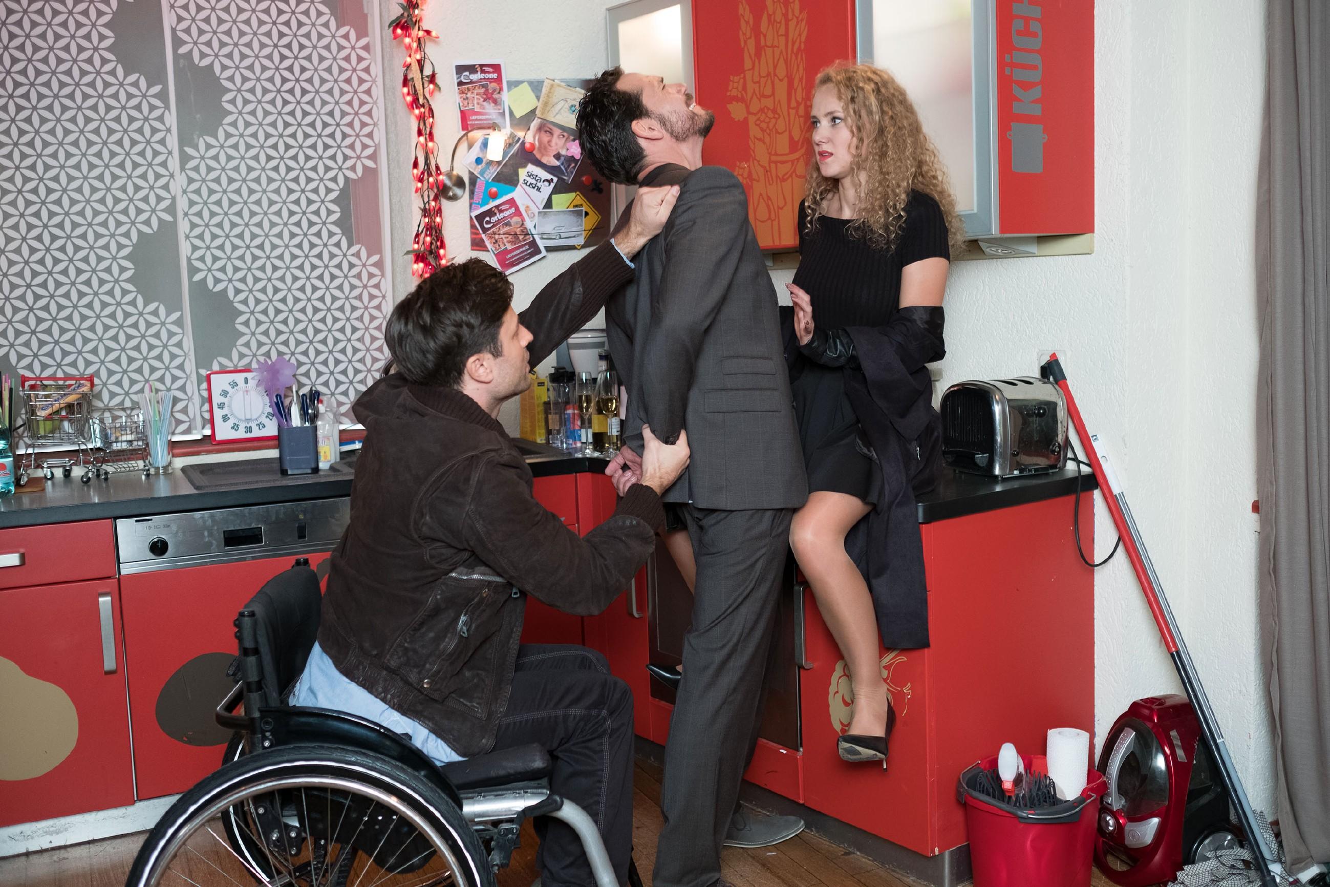 KayC (Pauline Angert) entgeht dank Pacos (Milos Vukovic, l.) entschlossenem Eingreifen, knapp einer Vergewaltigung durch den vermeintlichen Manager Pascal Bremer (Markus Andreas Klauk). (Quelle: RTL / Stefan Behrens)