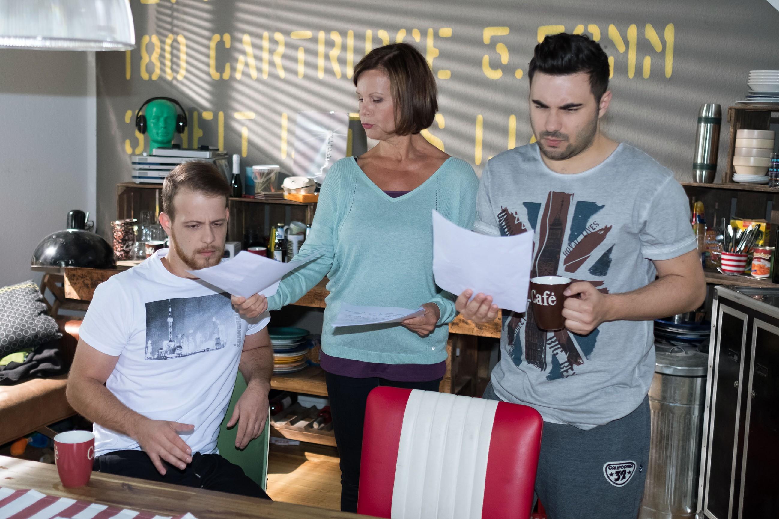 Tobias (Patrick Müller, l.) und Easy (Lars Steinhöfel) verweigern entschieden die Teilnahme an Irenes (Petra Blossey) Stollen-Backwettbewerb. (Quelle: RTL / Stefan Behrens)