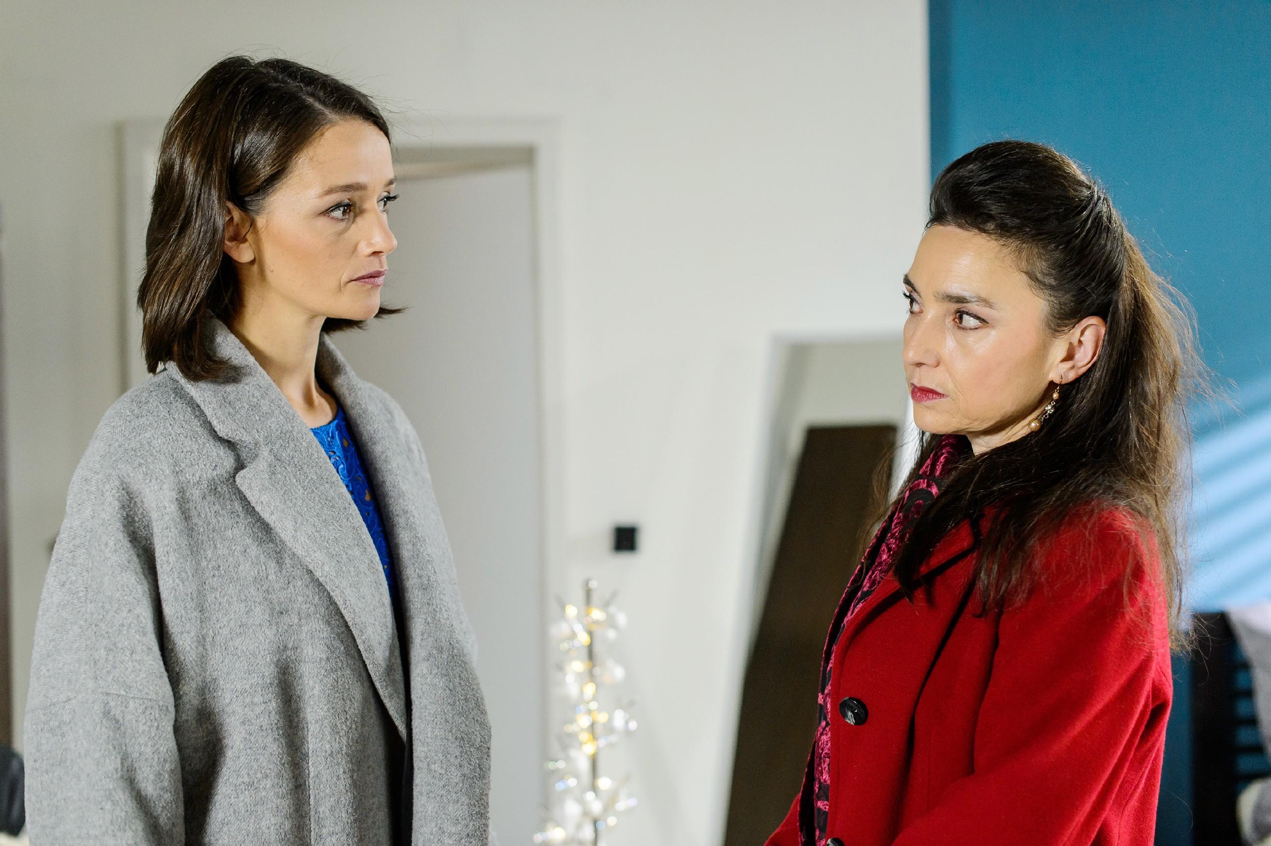 Jenny (Kaja Schmidt-Tychsen, l.) ist zu stur, um den Konflikt mit Simone (Tatjana Clasing) wegen Richard zu begraben und zieht es vor, Weihnachten allein mit Annabelle zu verbringen. (Quelle: RTL / Willi Weber)