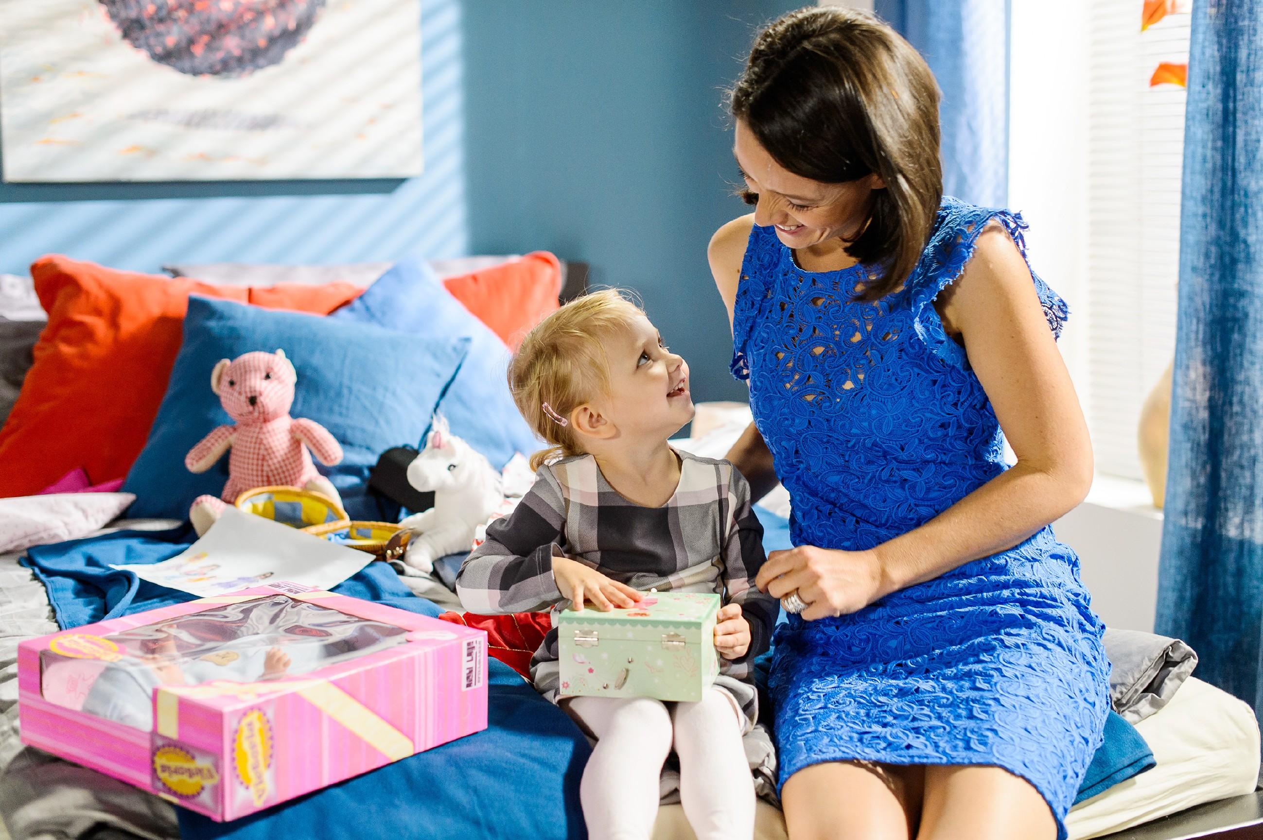 Durch den Konflikt mit ihrer Mutter verletzt, zieht Jenny (Kaja Schmidt-Tychsen, r.) es vor, Weihnachten allein mit Annabelle zu feiern. (Quelle: RTL / Willi Weber)