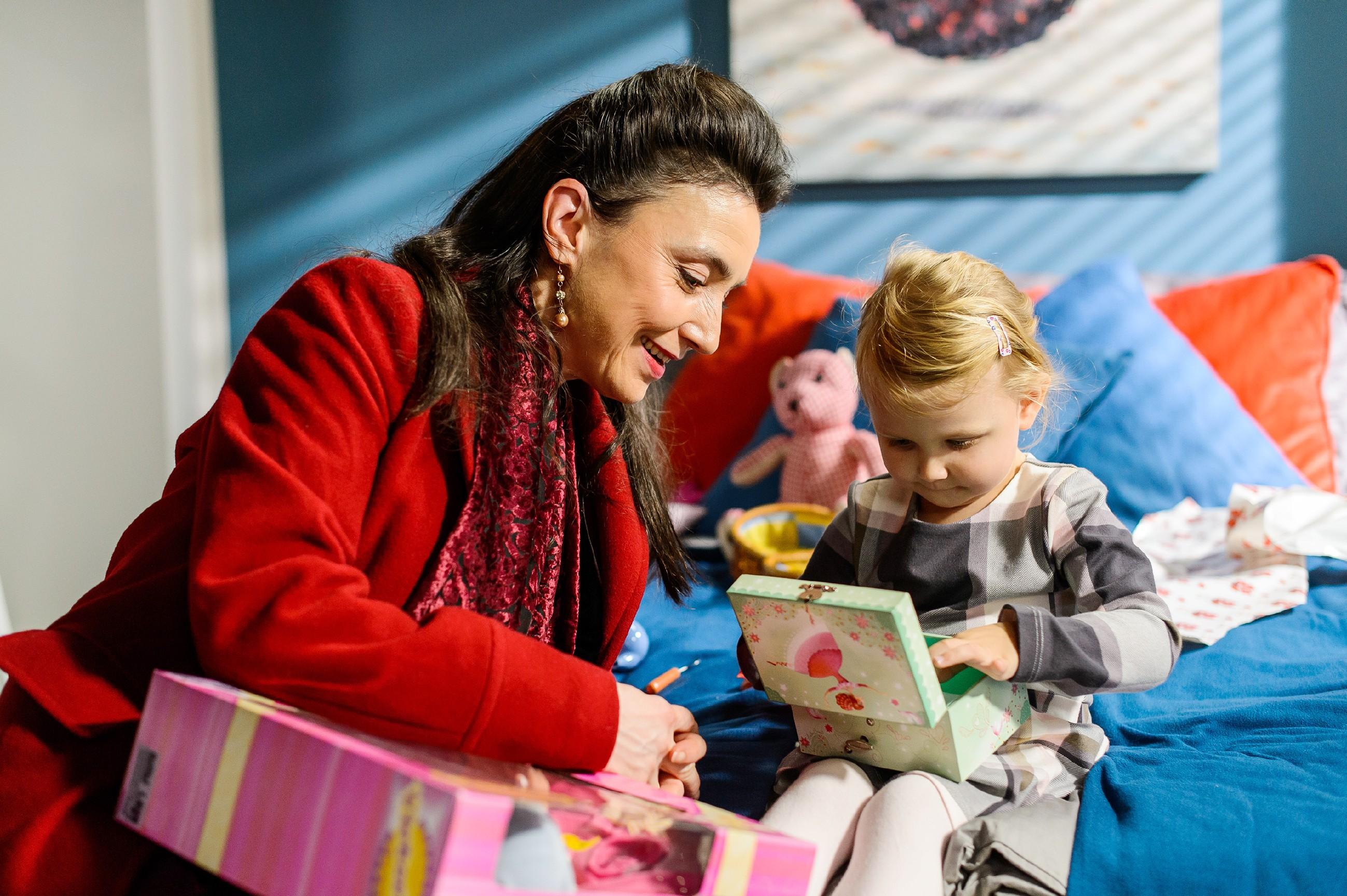 Simone (Tatjana Clasing, l.) besucht Jenny in ihrem Hotelzimmer, um sie zu einem gemeinsamen Weihnachtsfest in der Villa zu überreden. Stolz zeigt ihr Annabelle (r.) ihre Geschenke. (Quelle: RTL / Willi Weber)