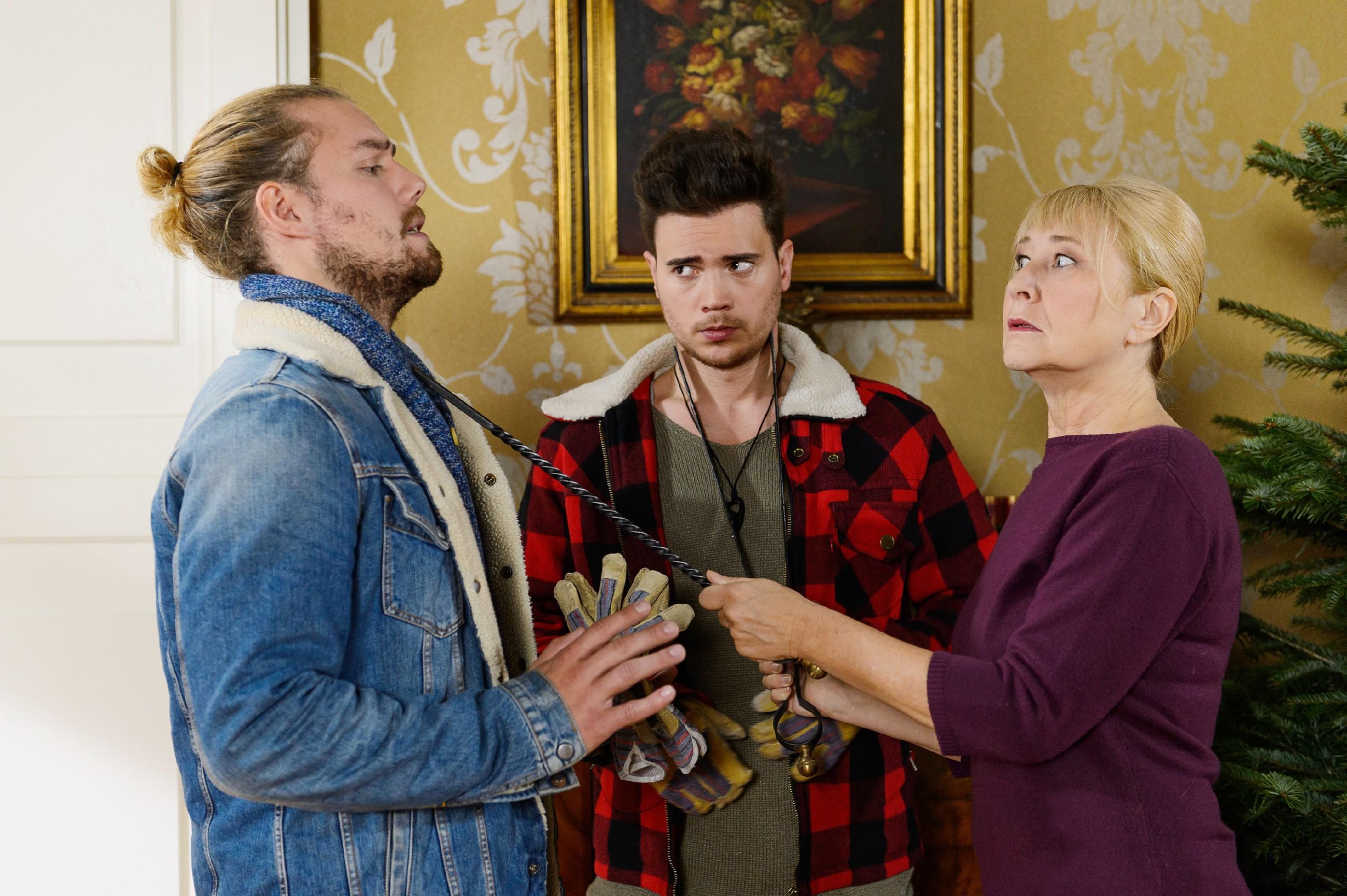 Leo (Julian Bayer, l.) und Ronny (Bela Klentze) erklären Frau Scholz (Inge Brings) kleinlaut, dass sie den gebrachten Weihnachtsbaum leider wieder mitnehmen müssen. Doch da haben sie die resolute Haushälterin wohl unterschätzt...