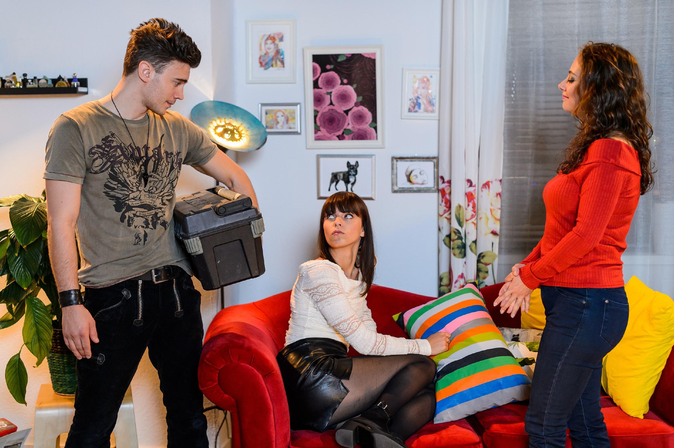 Im Gegensatz zu Michelle (Franziska Benz, M.) ist Ronny (Bela Klentze) begeistert, dass sie Nachbarn sind - was Carmen (Heike Warmuth) mit Skepsis zur Kenntnis nimmt.