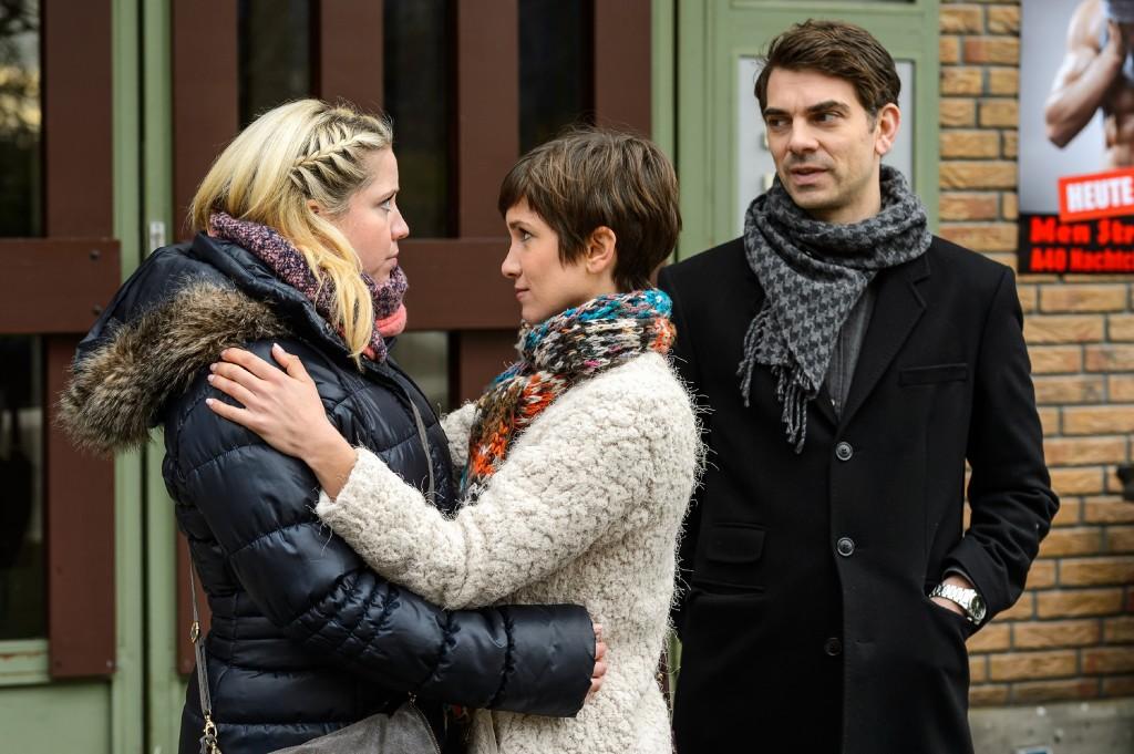 Während sich Pia (Isabell Horn, M.) herzlich von Bea (Caroline Maria Frier) verabschiedet und Veit (Carsten Clemens) drängt, weil der Flug erreicht werden muss, ahnen sie nicht, dass sie längst ins Visier von Jennys Handlanger geraten sind...