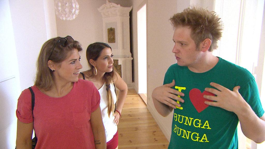 Ole (re.) lässt sich widerwillig überreden, mit Jessica, Alessia (mi.) und Alina (li) eine neue WG anzuschauen.