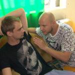 Schmidti (li.) möchte sich bei Elifs Brüdern mit einer chaotischen Aktion rächen. Dazu heckt er mit Krätze (re.) einen Plan aus... (Quelle: RTL 2)