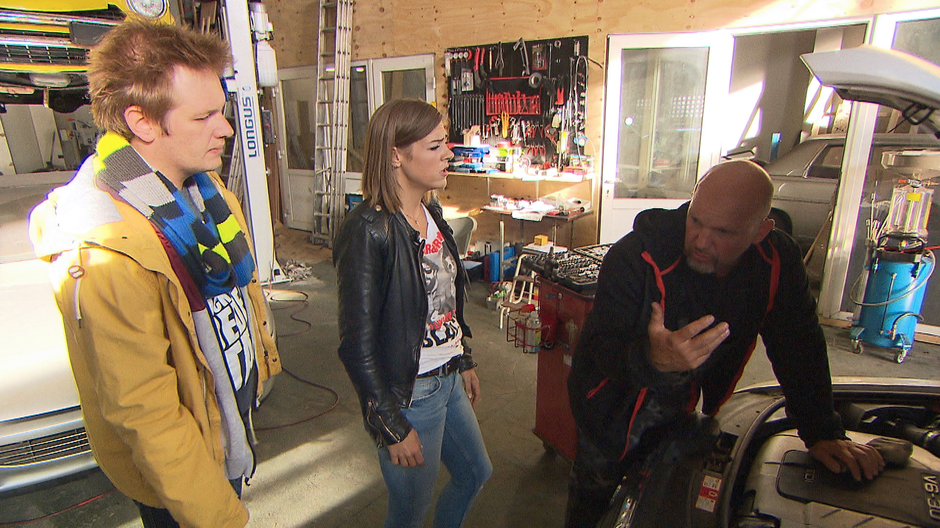 Alina macht sich große Sorgen, als sie Fabrizio nicht erreicht. v.li.: Ole, Alina und Joe (Quelle: RTL 2)