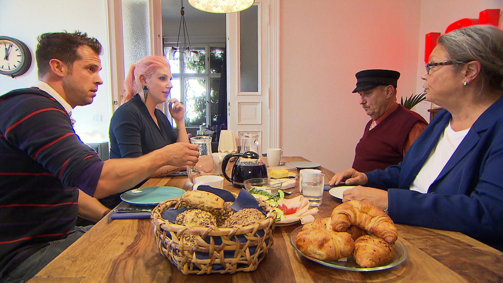 Bevor sich Paulas und Bastis Eltern zum ersten Mal begegnen, ist Basti extrem nervös. v.li.: Basti, Paula, Paulas Eltern (Quelle: RTL 2)