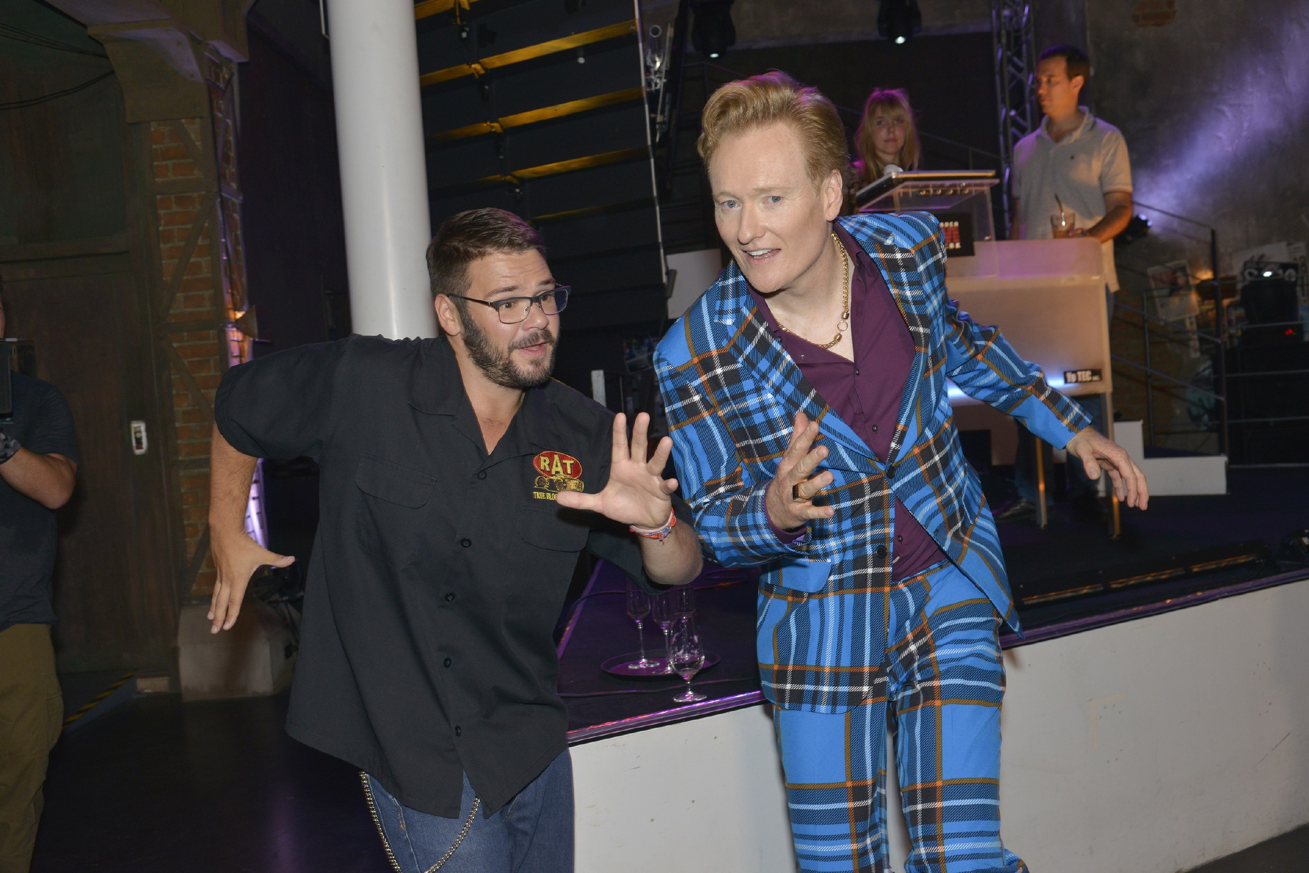 Tuner (Thomas Drechsel, l.) lässt sich auf einen wilden Ausdruckstanz mit dem extravaganten Modedesigner Johnny J. Smith (US-Talkmaster Conan O'Brien) ein, um Jule von seiner Spontanität zu überzeugen.