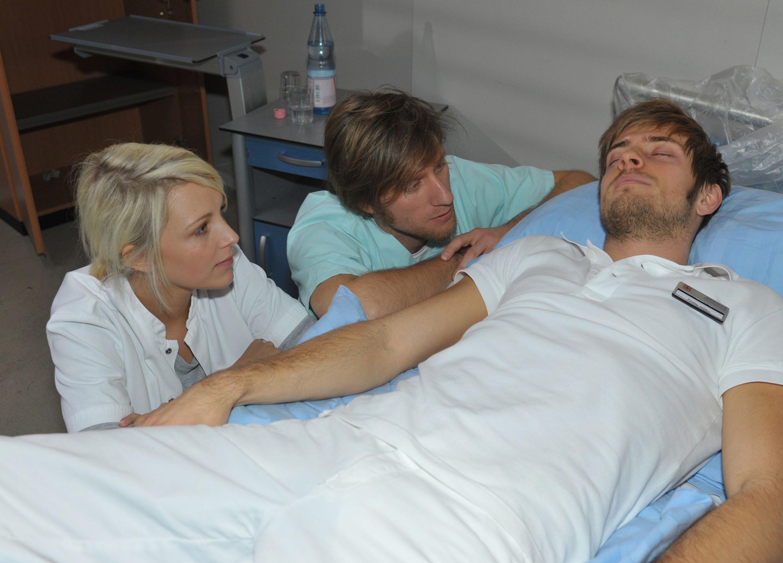 Lilly (Iris Mareike Steen) und Bommel (Merlin Leonhardt) kümmern sich um den völlig erschöpften Philip (Jörn Schlönvoigt, r.).