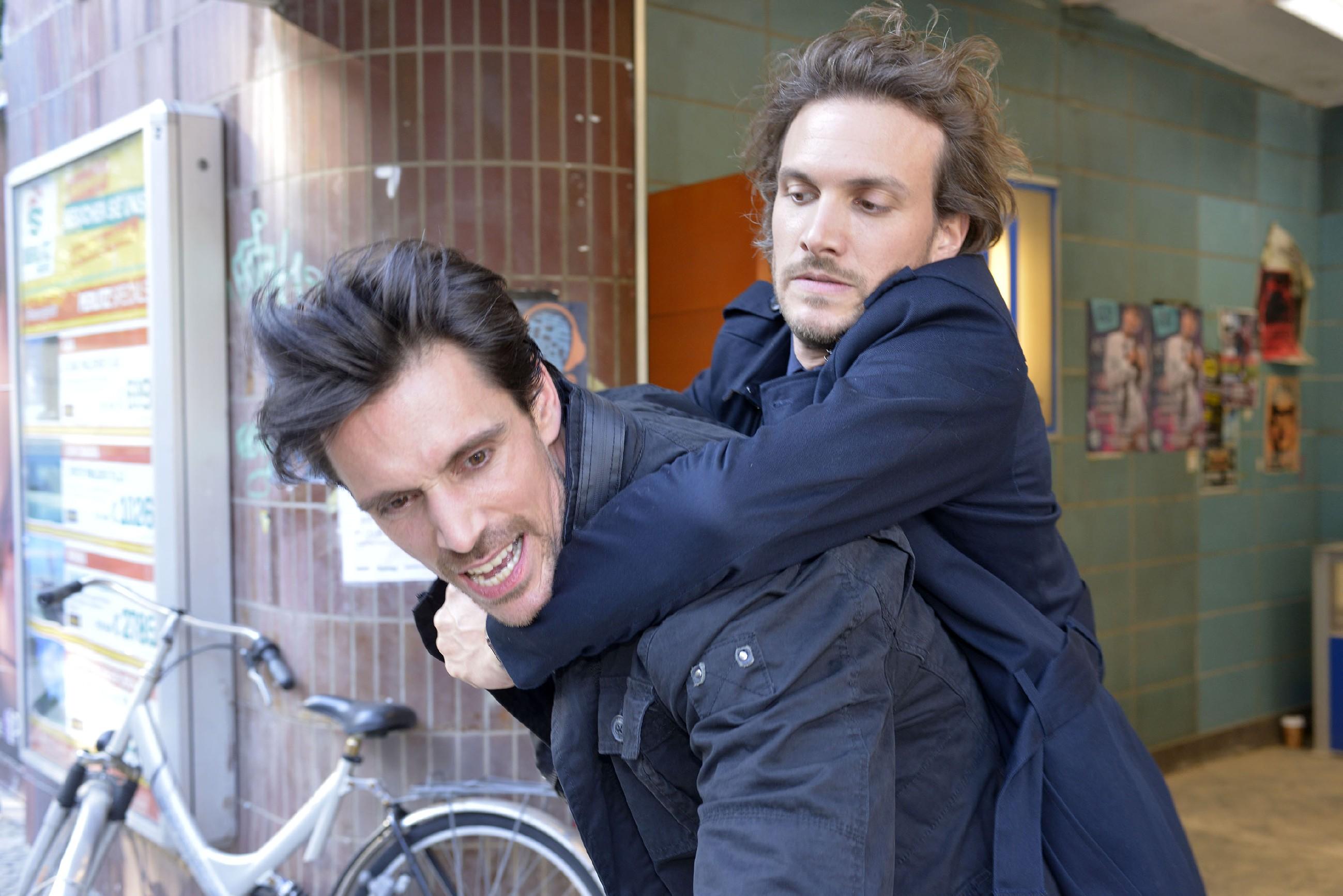 Felix (Thaddäus Meilinger, r.) versucht David (Philipp Christopher) nach dem tätlichen Angriff auf Gerner unter Kontrolle zu bekommen.