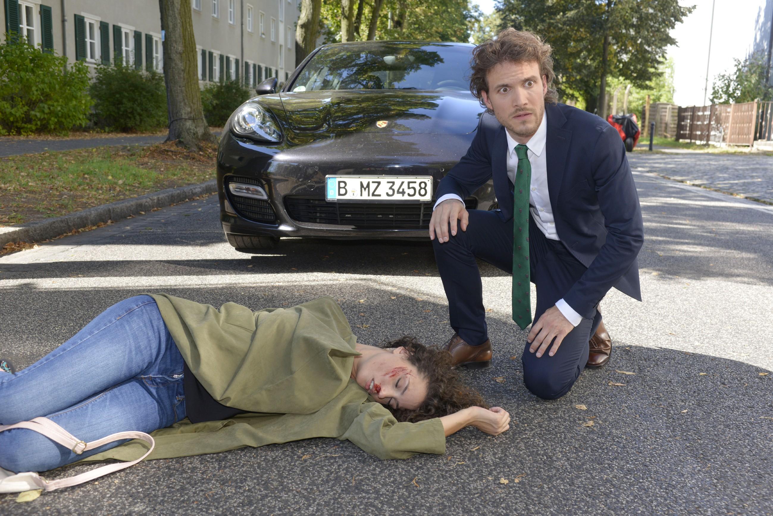 Felix (Thaddäus Meilinger) ist geschockt, als er realisiert, dass er Ayla (Nadine Menz) angefahren hat...