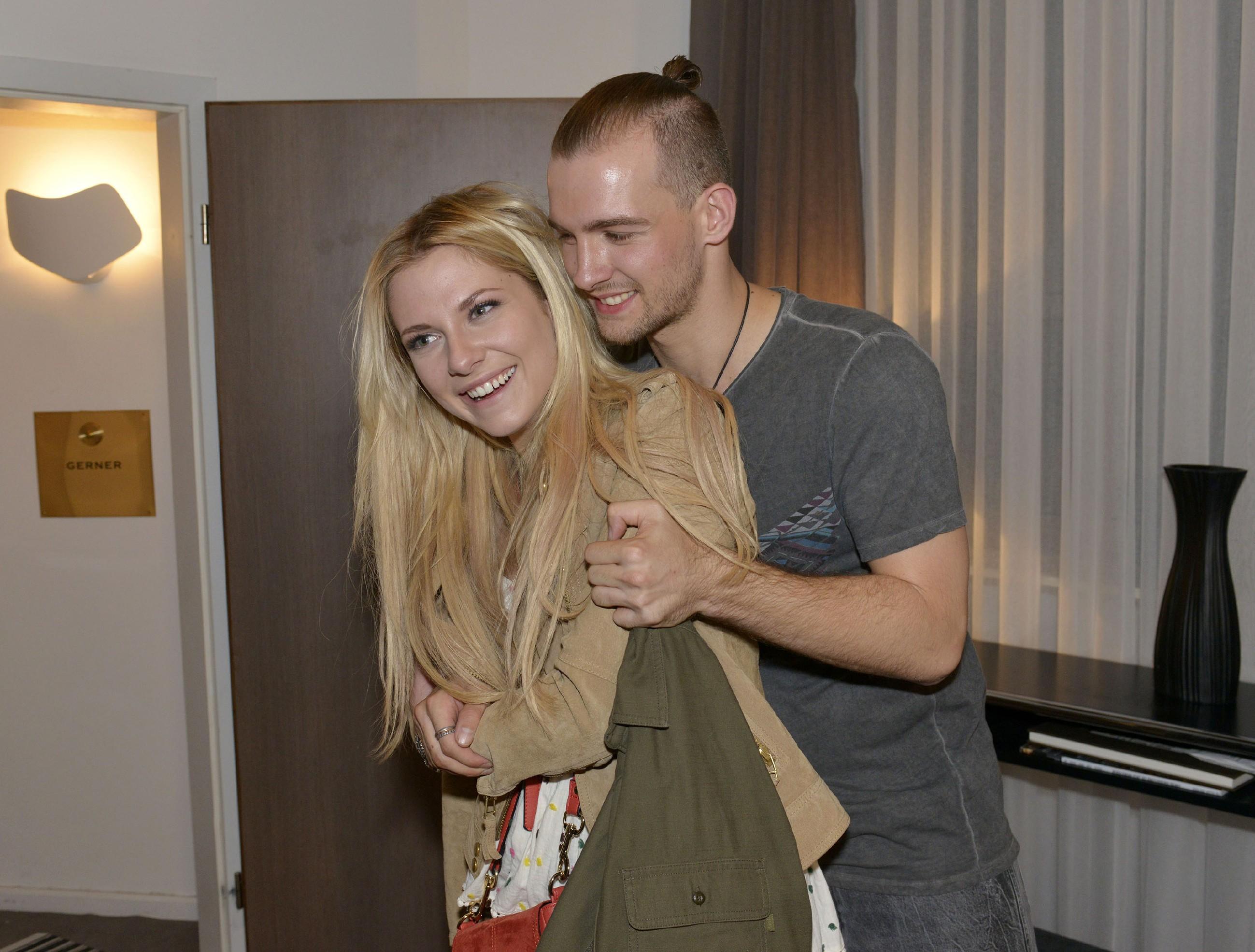 Leicht angeheitert ist Chris (Eric Stehfest) kurz davor, Sunny (Valentina Pahde) eine Liebeserklärung zu machen...