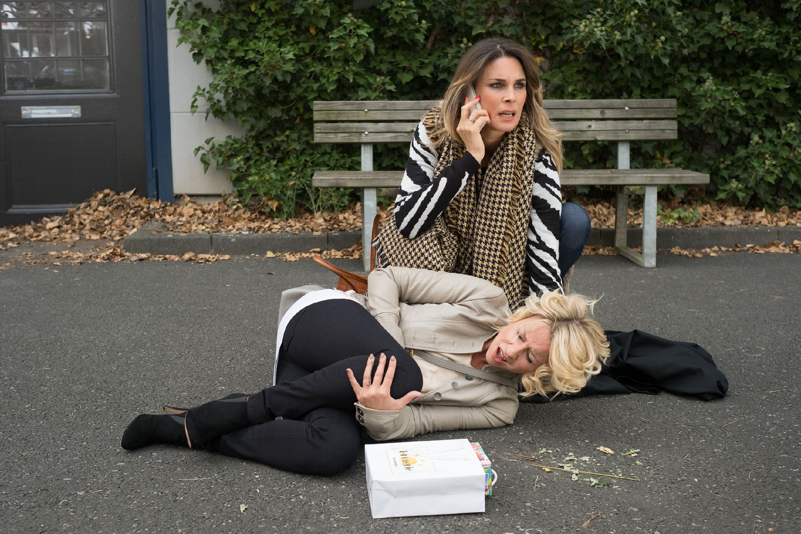 Eva (Claudelle Deckert) erkennt erschrocken, dass Ute (Isabell Hertel, vorne) nicht simuliert und benachrichtigt einen Notarzt...