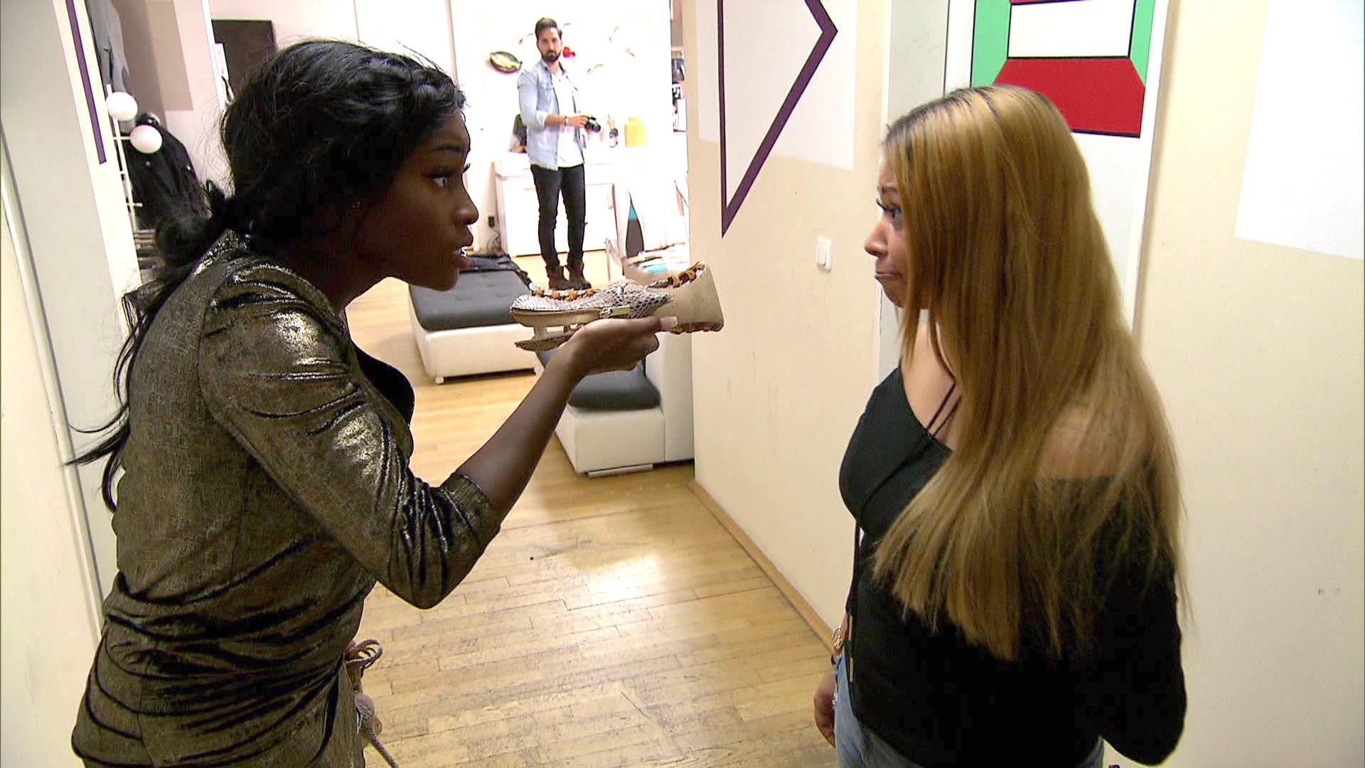 Michelle (li.) gerät mit ihrer neuen Mitbewohnerin Lucy (re.) aneinander. (Quelle: RTL 2)