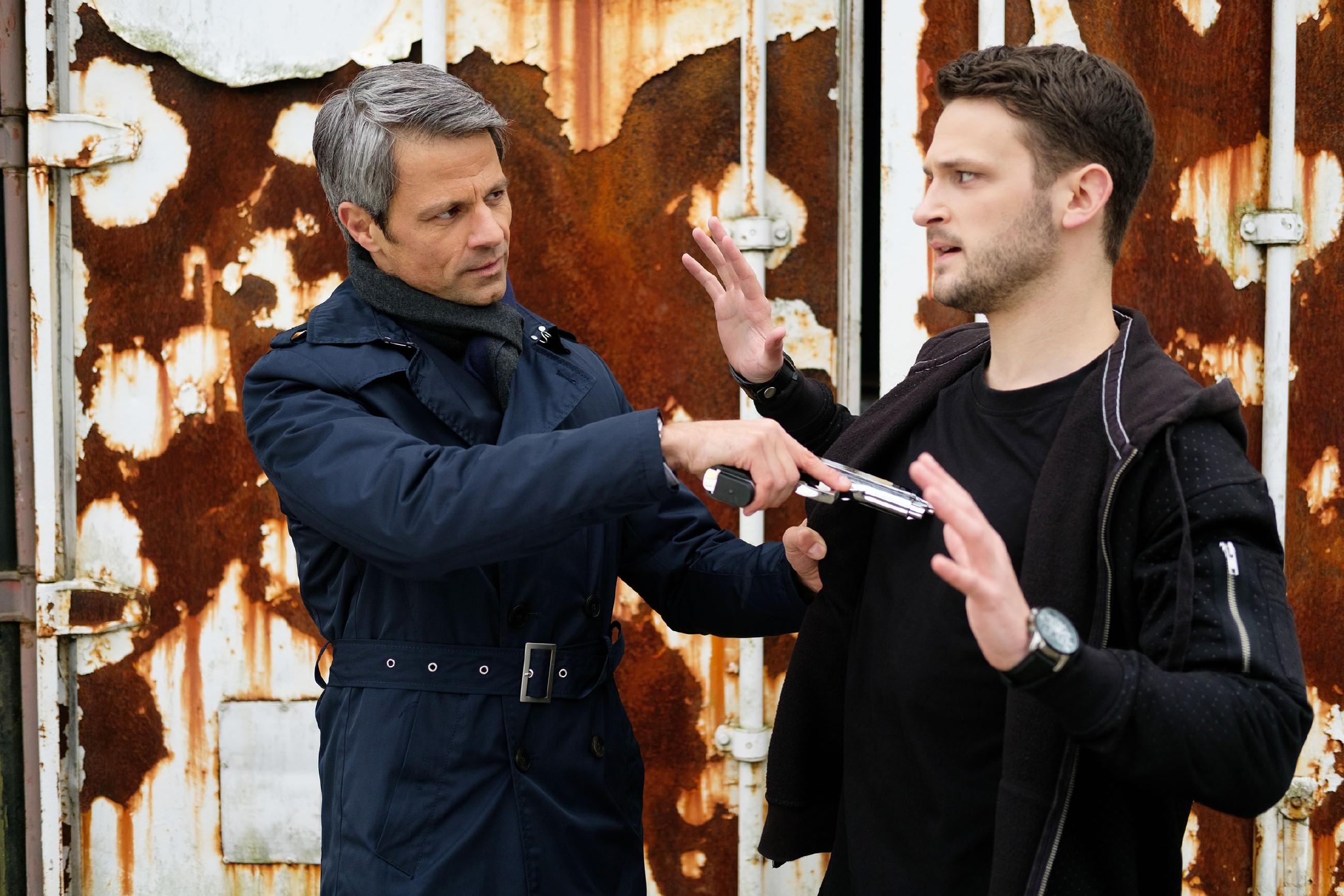 Benedikt (Jens Hajek, l.) will Mario (Arne Rudolf) mit Waffengewalt dazu zwingen, die Anzeige gegen Malte zurückzuziehen und Köln zu verlassen... (Quelle: RTL / Stefan Behrens)