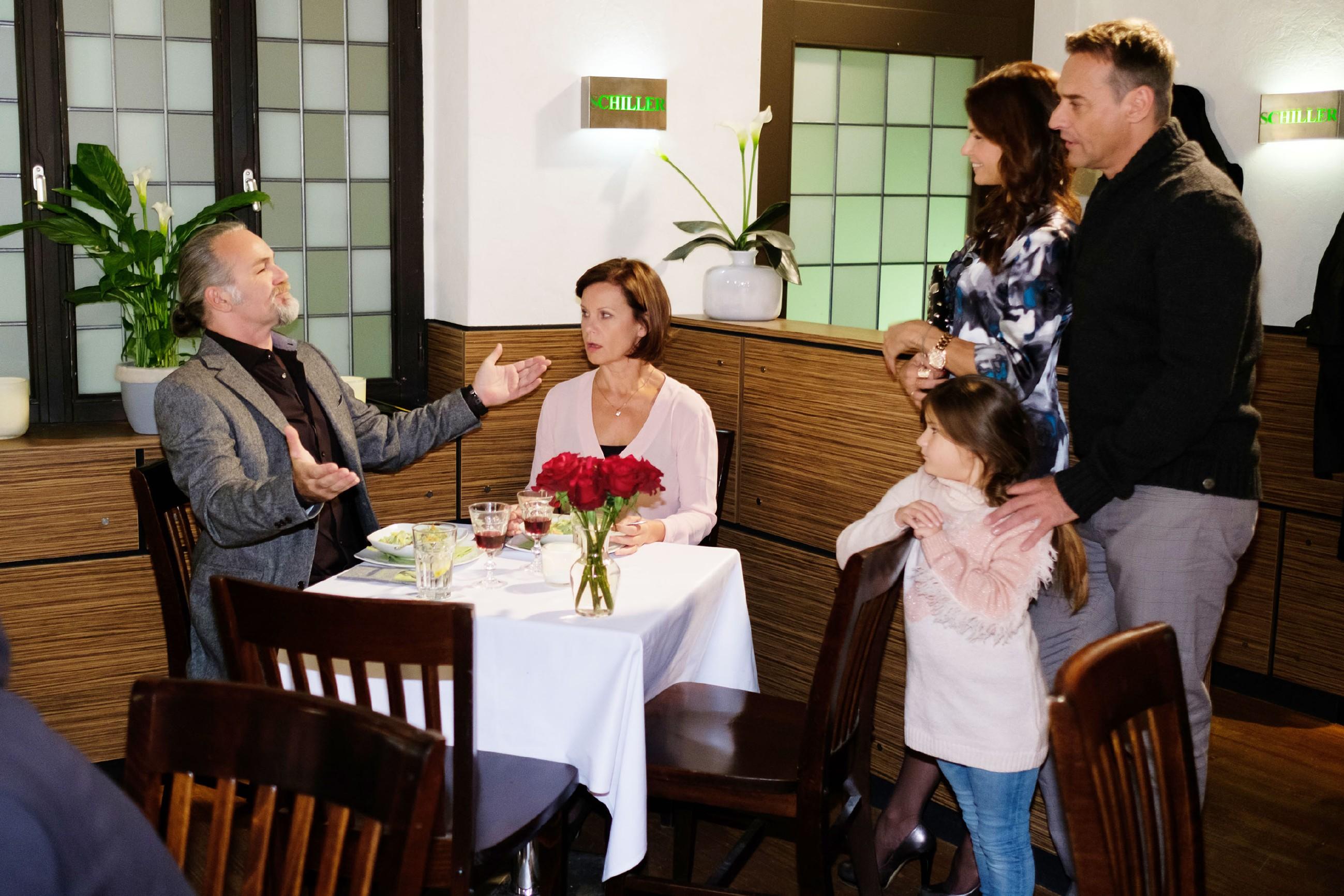Als Rufus (Kai Noll, r.), Britta (Tabea Heynig, 2.v.r.) und Lotta auf Robert (Luca Maric) und Irene (Petra Blossey) treffen und von der geplanten Eheschließung erfahren, will Britta nicht akzeptieren, dass Irene vor ihr vor den Traualter tritt, immerhin sind Rufus und Britta viel länger verlobt! (Quelle: RTL / Stefan Behrens)