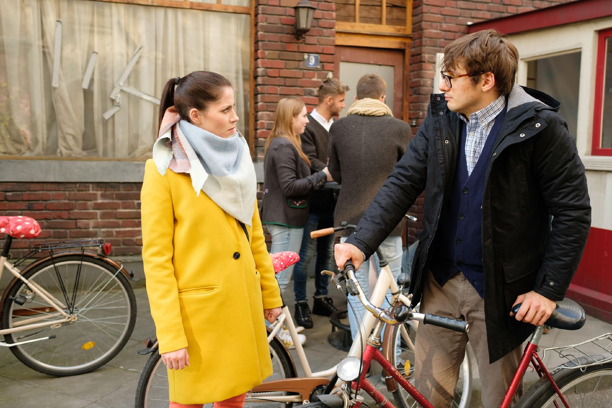 Schweren Herzens gibt Sina (Valea Katharina Scalabrino) Lukas (Philipp Oliver Baumgarten) noch eine zweite Chance. (Quelle: RTL / Stefan Behrens)