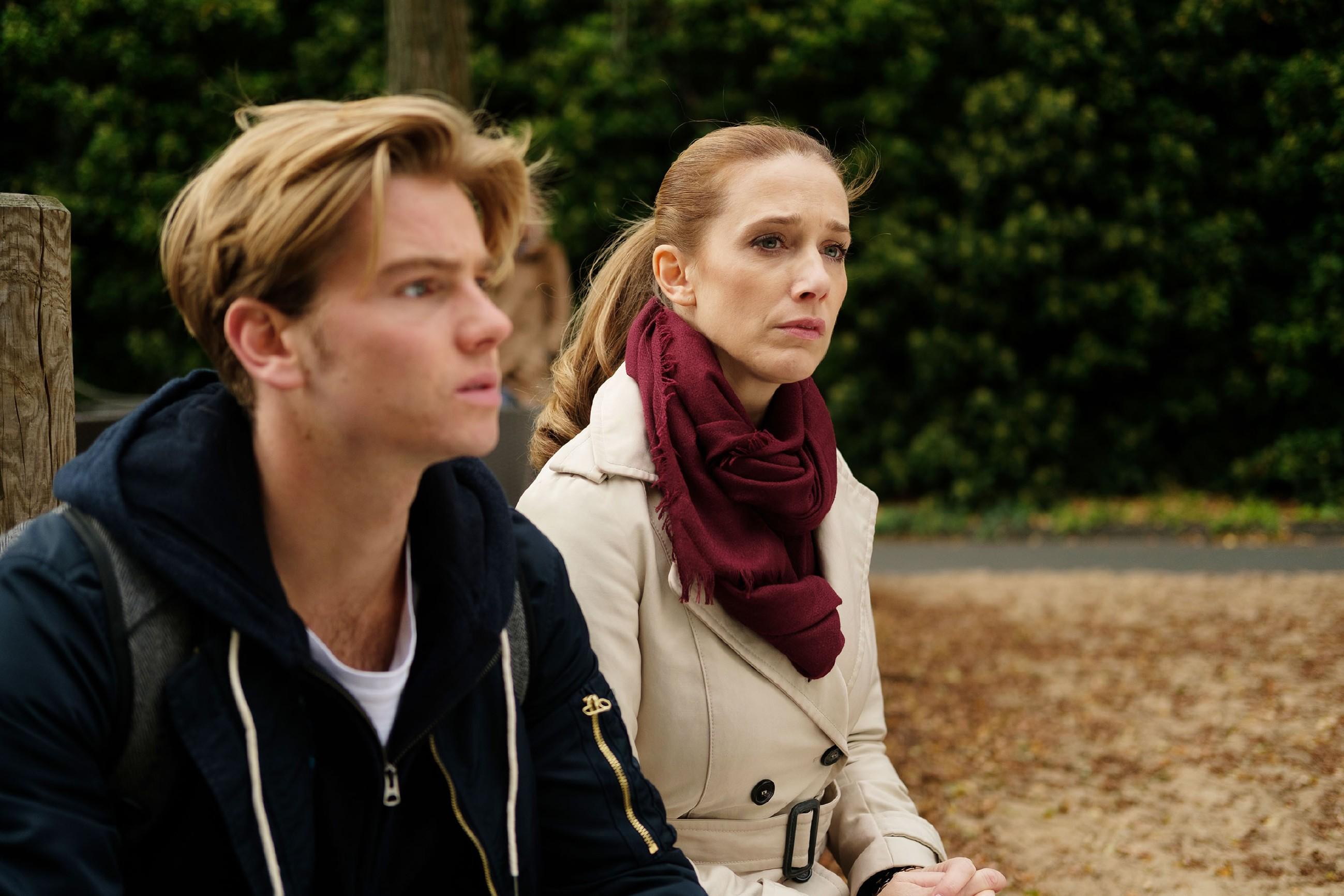 Andrea (Kristin Meyer) ist getroffen, als Valentin (Aaron Koszuta) schuldbewusst seine Strafe akzeptieren und sich von Benedikt auf ein Internat für schwer erziehbare Jugendliche schicken lassen will. (Quelle: RTL / Stefan Behrens)