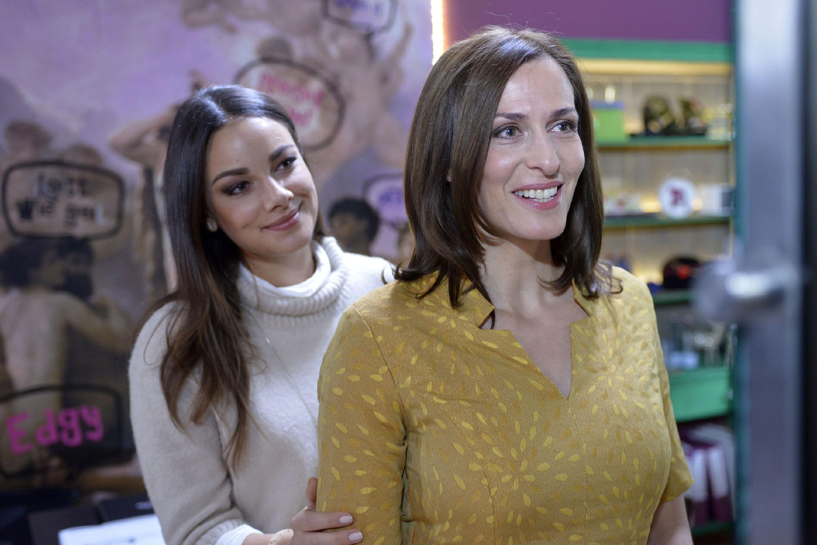 Katrin (Ulrike Frank, r.) ist berührt, wie sehr Jasmin (Janina Uhse) hinter Katrins Entscheidung für Till steht. (Quelle: RTL / Rolf Baumgartner)