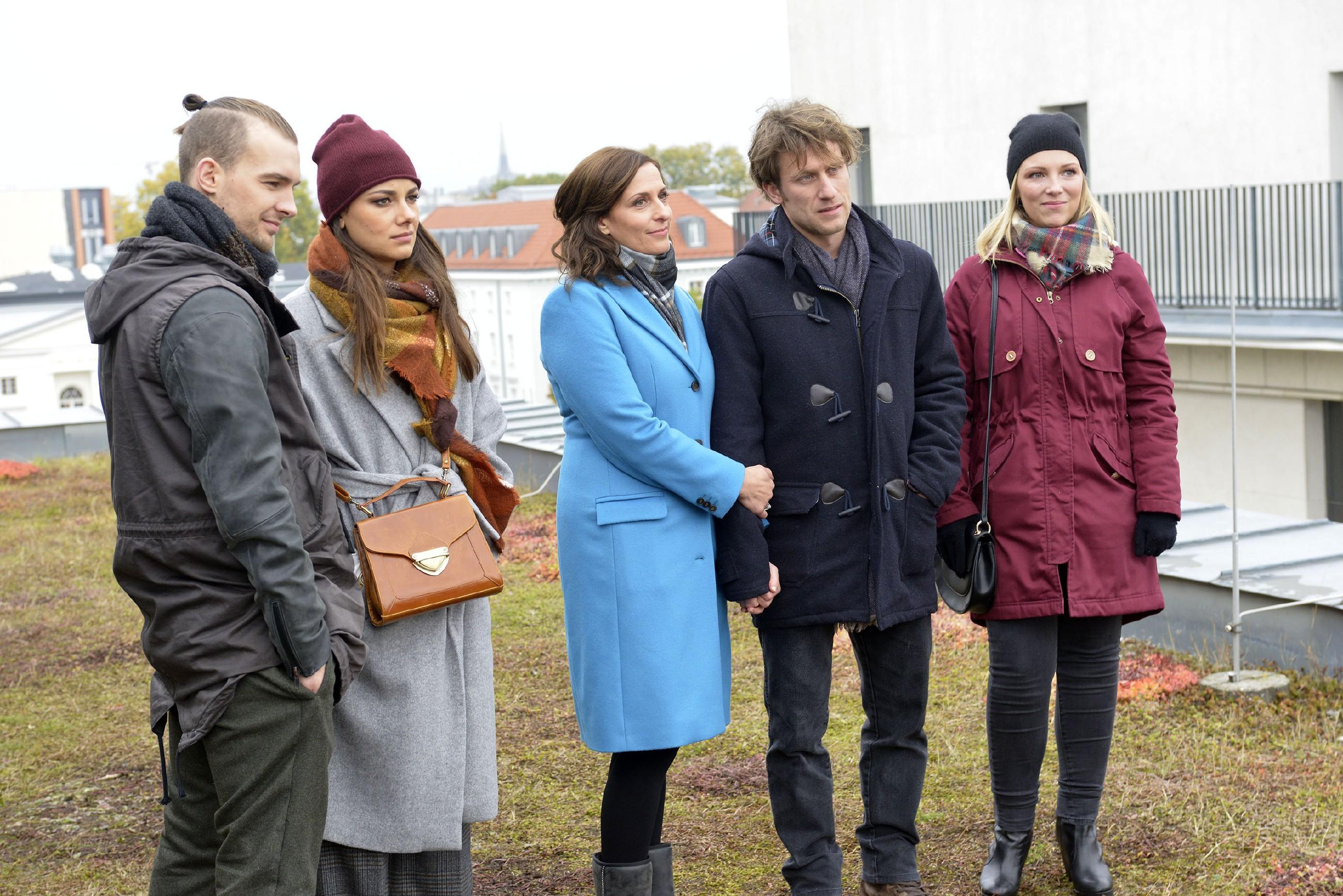 Chris (Eric Stehfest, l.), Jasmin (Janina Uhse, 2.v.l.) und Lilly (Iris Mareike Steen, r.) feiern die Liebe von Katrin (Ulrike Frank) und Till (Merlin Leonhardt). (Quelle: RTL / Rolf Baumgartner)