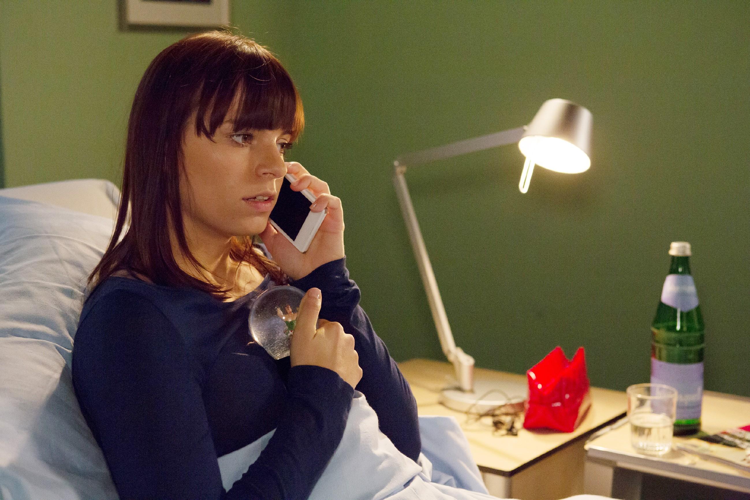 Michelle (Franziska Benz) bereut vor ihrer OP, dass sie Carmen ihren Entschluss verheimlicht hat und versucht sie zu erreichen. (Quelle: RTL / Michael Böhme)