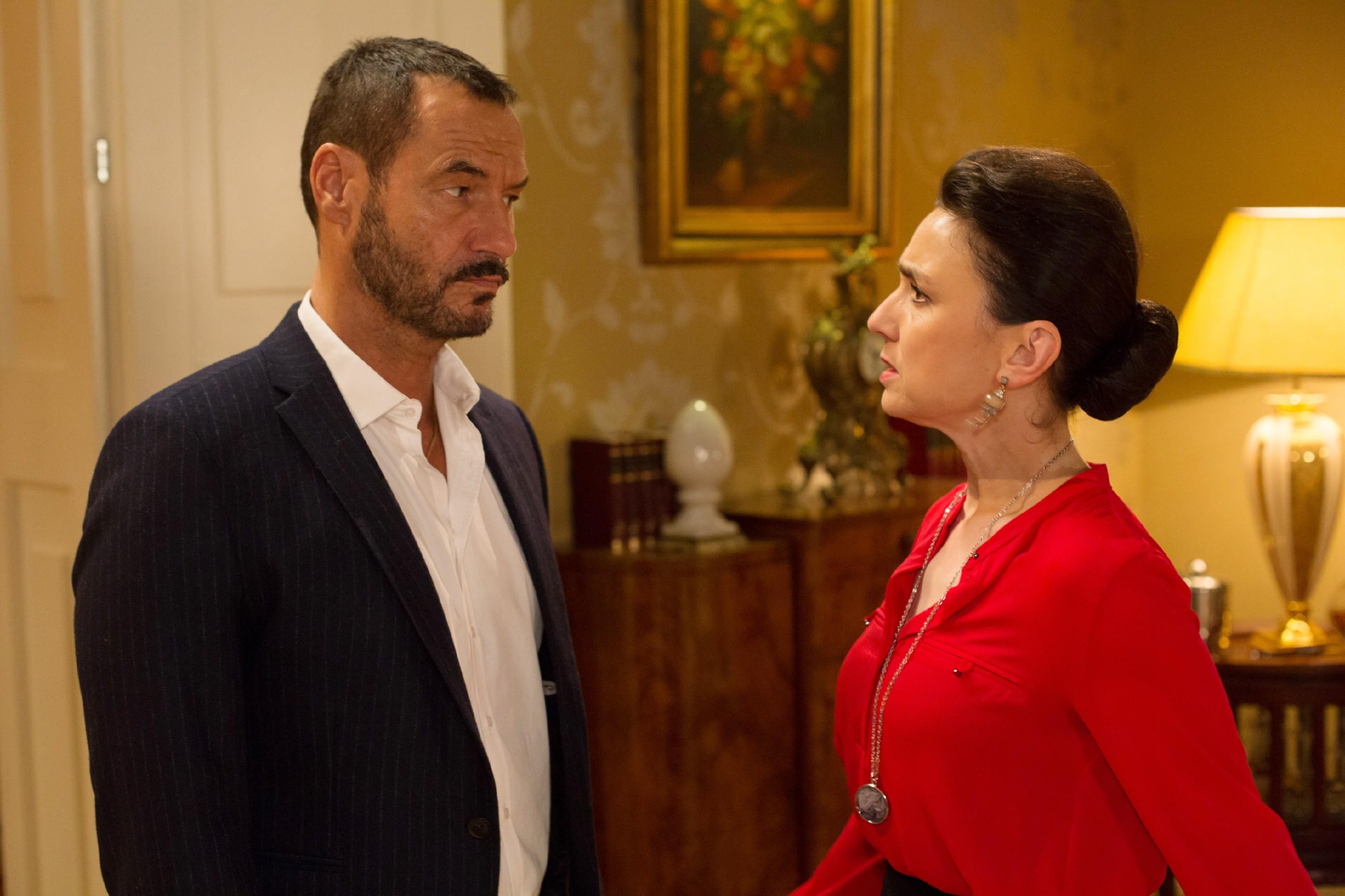 Richard (Sivian-Pierre Leirich) lässt Simone (Tatjana Clasing) seine Enttäuschung über ihren schäbigen Deal mit Vincent spüren. (Quelle: RTL / Michael Böhme)