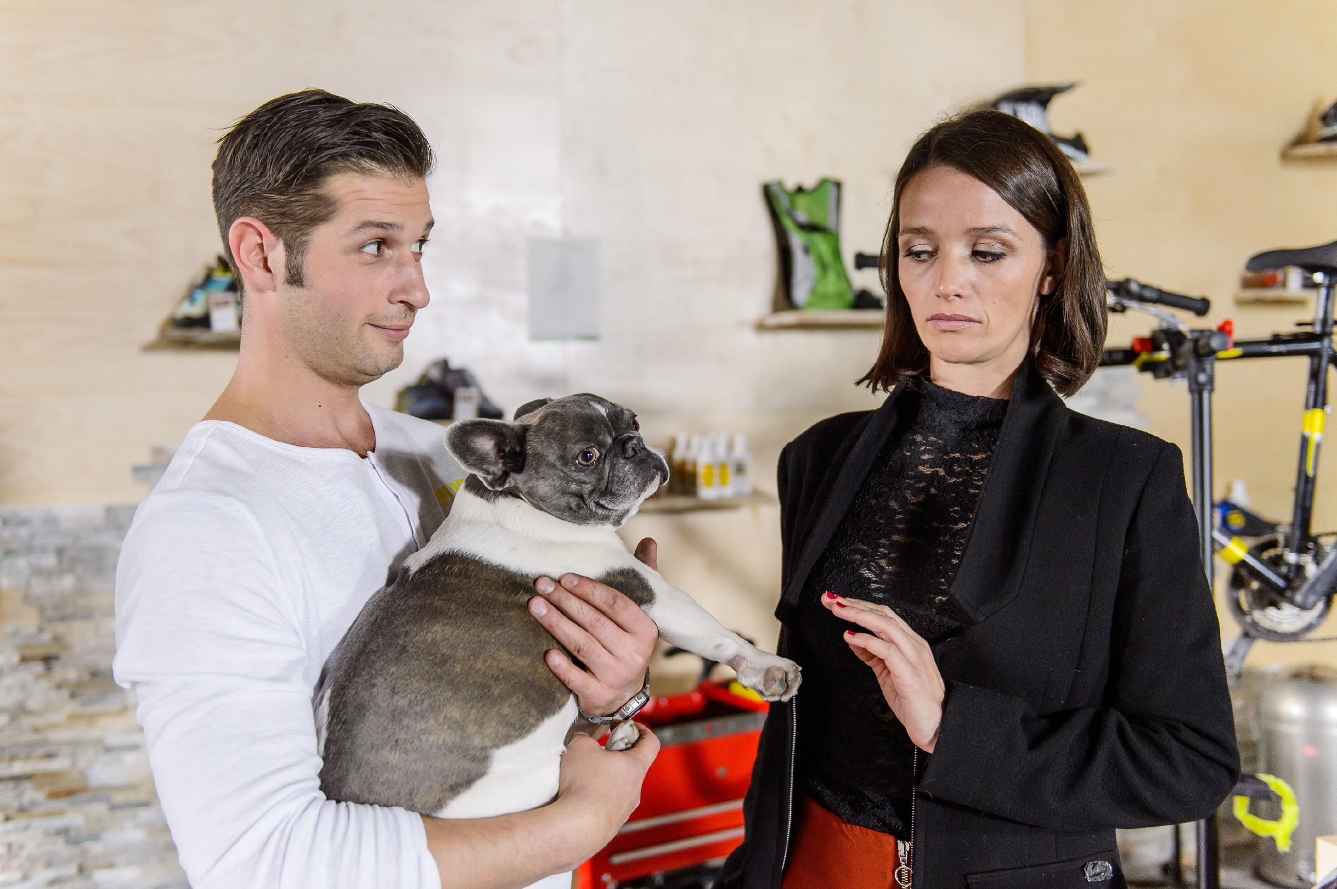 Deniz (Igor Dolgatschew) und Jenny (Kaja Schmidt-Tychsen) ziehen die Hundeentführung erfolgreich durch und stellen sich auf eine lange Nacht mit dem Vierbeiner ein. (Quelle: RTL / RTL / Willi Weber)