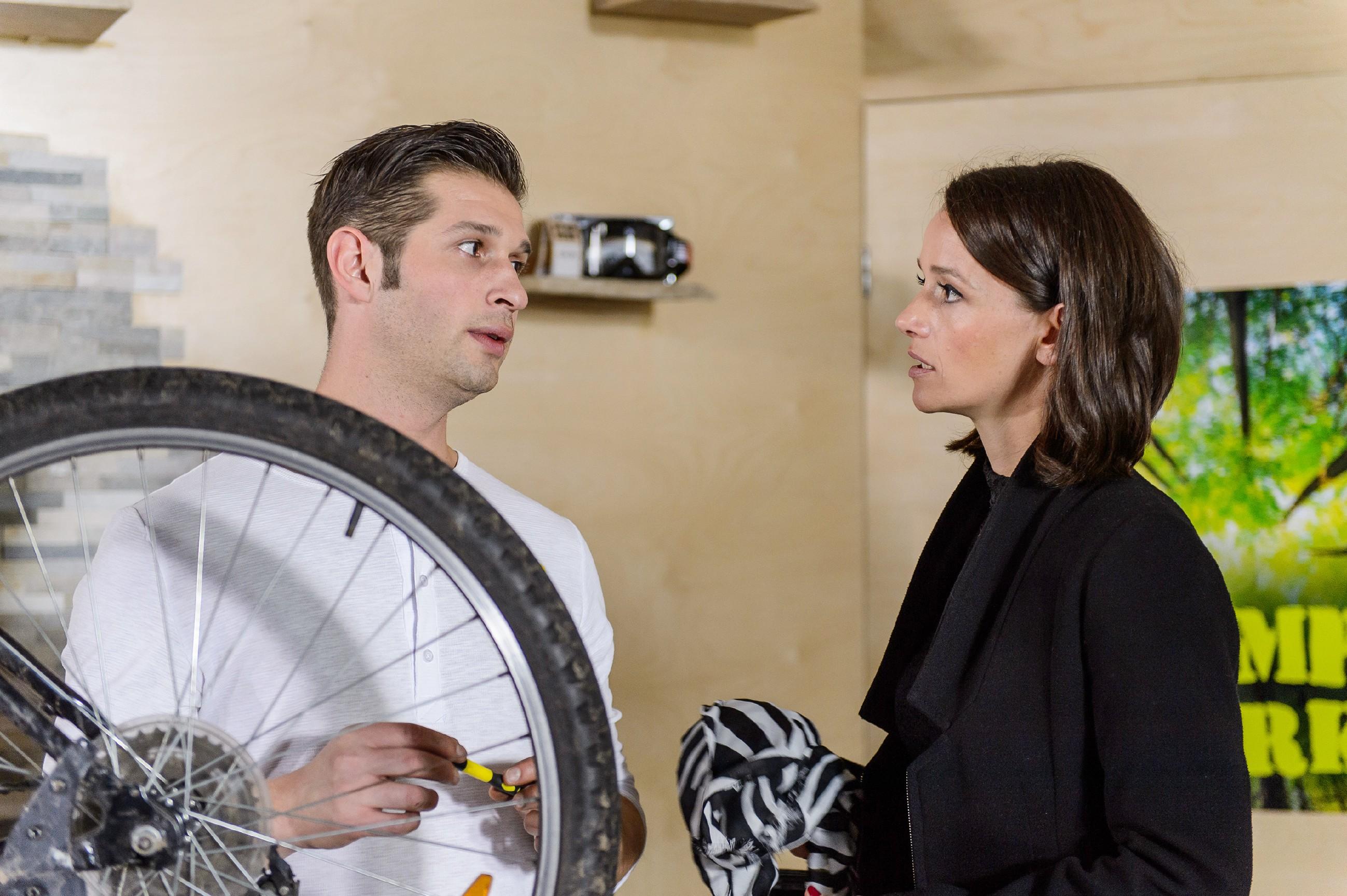 Deniz (Igor Dolgatschew) überzeugt Jenny (Kaja Schmidt-Tychsen) von seinem Erpressungsplan. (Quelle: RTL / RTL / Willi Weber)