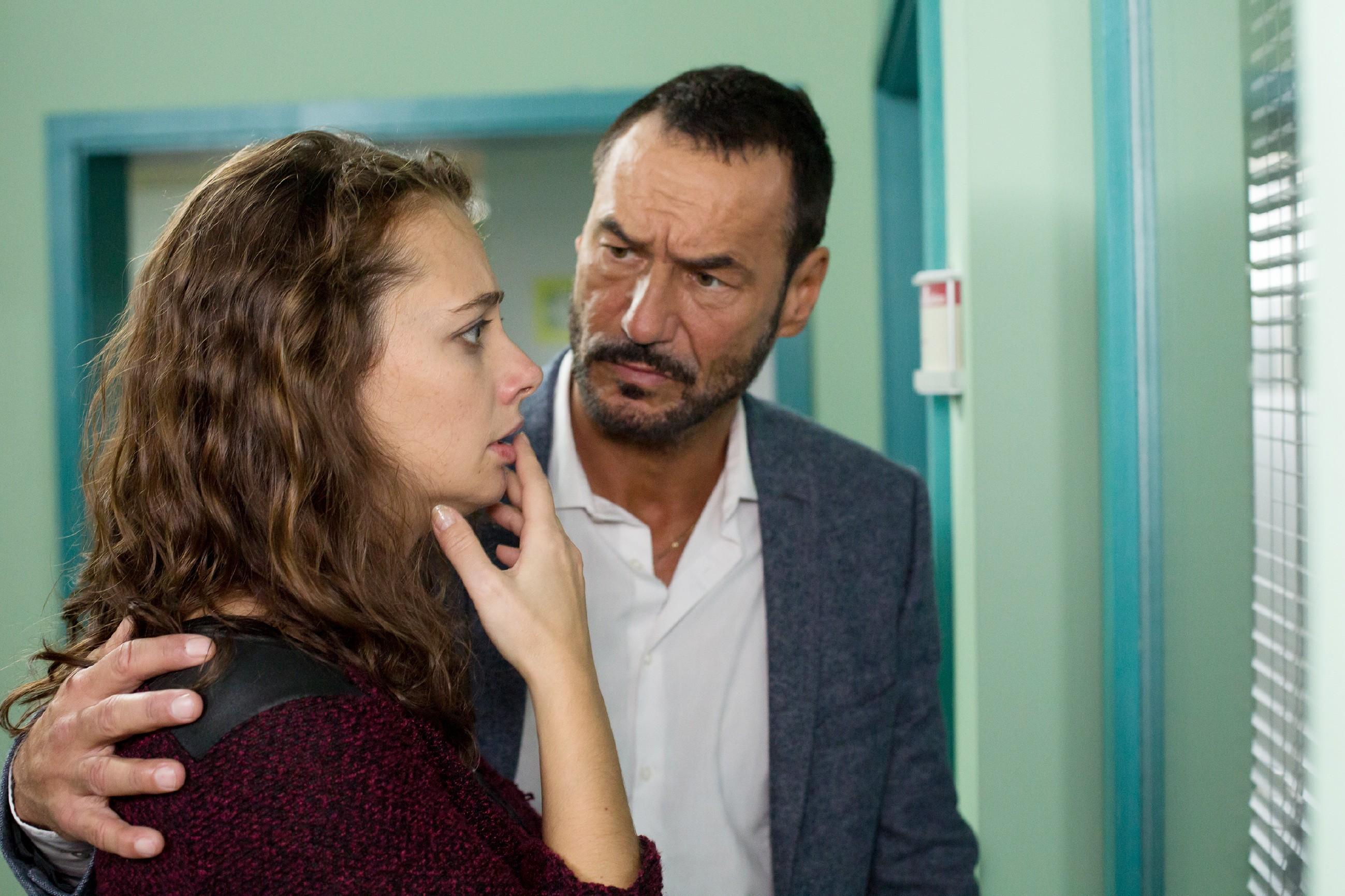 Richard (Sivian-Pierre Leirich) steht Carmen (Heike Warmuth) in ihrer Angst um ihre Tochter bei, die an den Folgen der OP zu sterben droht. (Quelle: RTL / Michael Böhme)