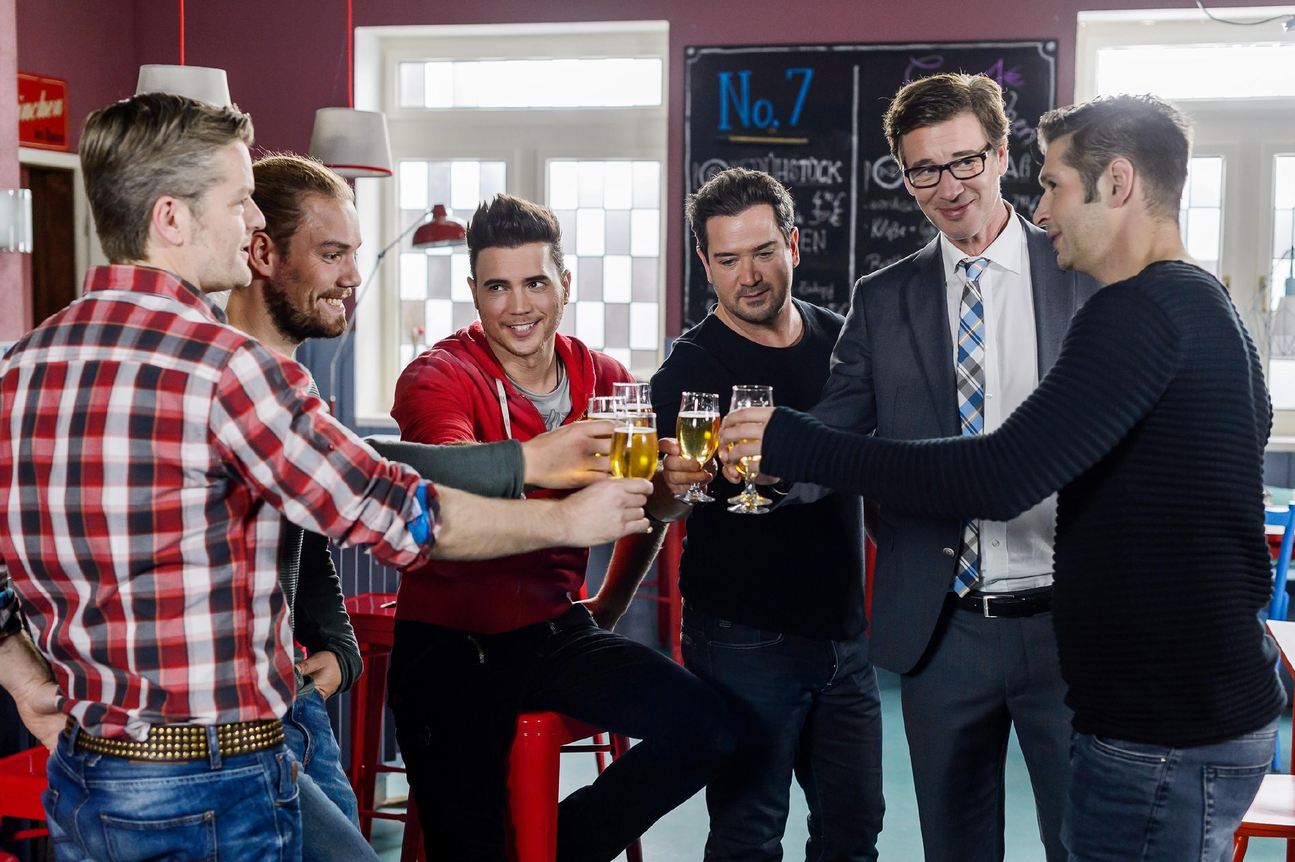 """Christoph (Lars Korten, 2.v.r.) trifft sich mit (v.l.) Ingo (André Dietz), Leo (Julian Bayer), Ronny (Bela Klentze), Marian (Sam Eisenstein) und Deniz (Igor Dolgatschew, r.) auf ein Bier, um selbstironisch seinen letzten Tag als """"richtiger Mann"""" zu feiern, denn ab morgen geht es in die Elternzeit. (Quelle: RTL / RTL / Willi Weber)"""