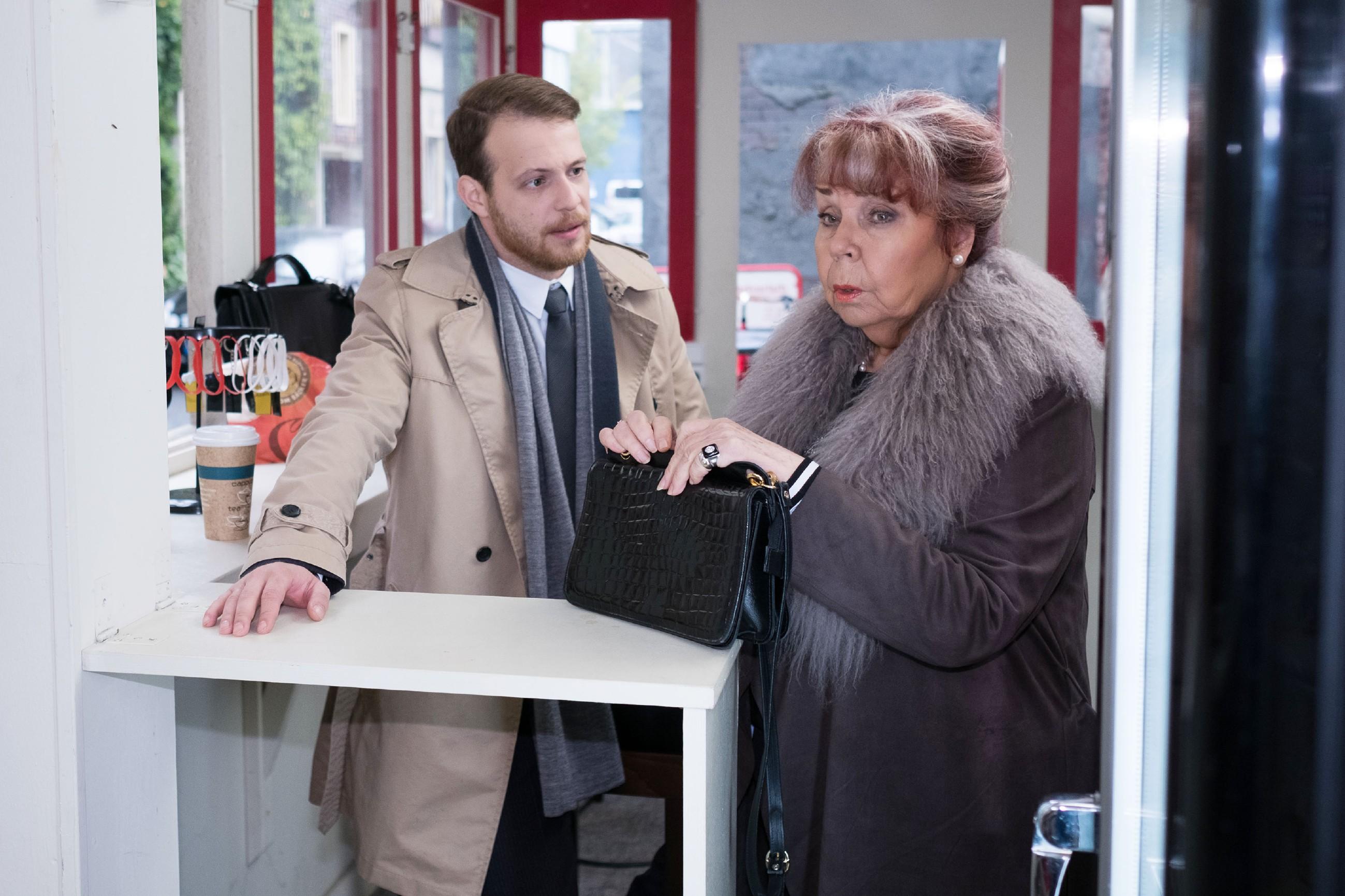 Roswitha (Andrea Brix) wird durch Tobias (Patrick Müller) nachdenklich, ob sie im Streit mit Irene im Unrecht sein könnte. (Quelle: RTL / Stefan Behrens)