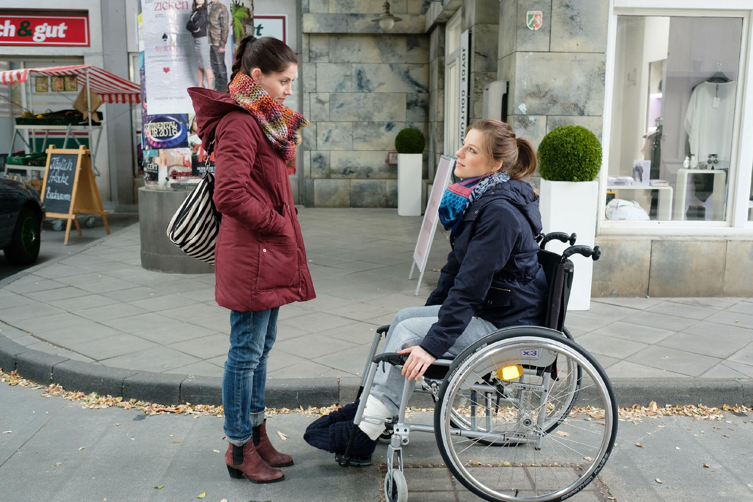 Sina (Valea Katharina Scalabrino, l.) trifft auf Elli (Nora Koppen) und macht ihrer Empörung darüber Luft, dass Lukas sich ehrgeizig in ihr Forschungsprojekt gezeckt hat. (Quelle: RTL / Stefan Behrens)