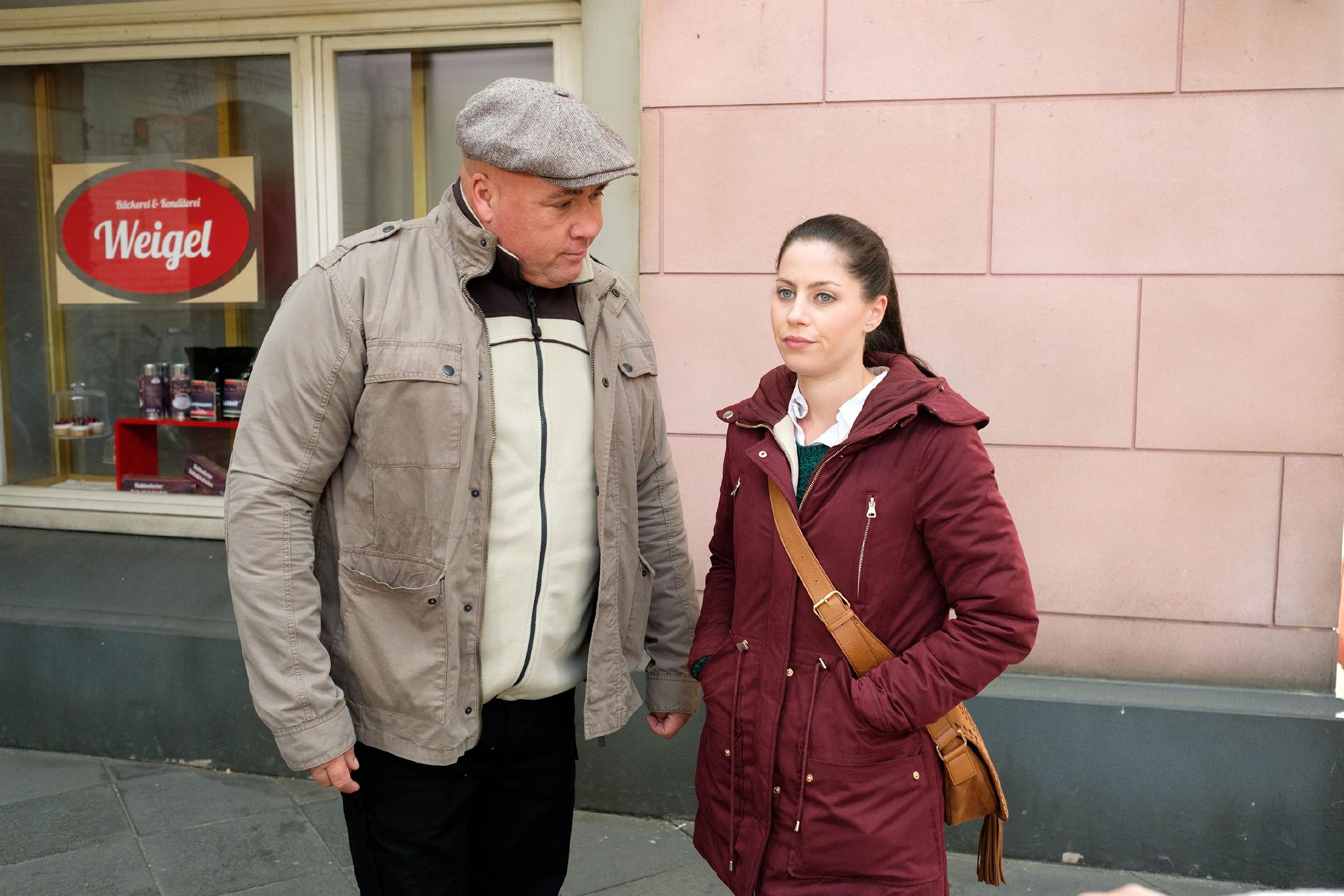 Sina (Valea Katharina Scalabrino) lässt sich von Roger (Ramon Ademes) widerwillig zu einem weiteren Treffen mit Lukas überreden. (Quelle: RTL / Stefan Behrens)