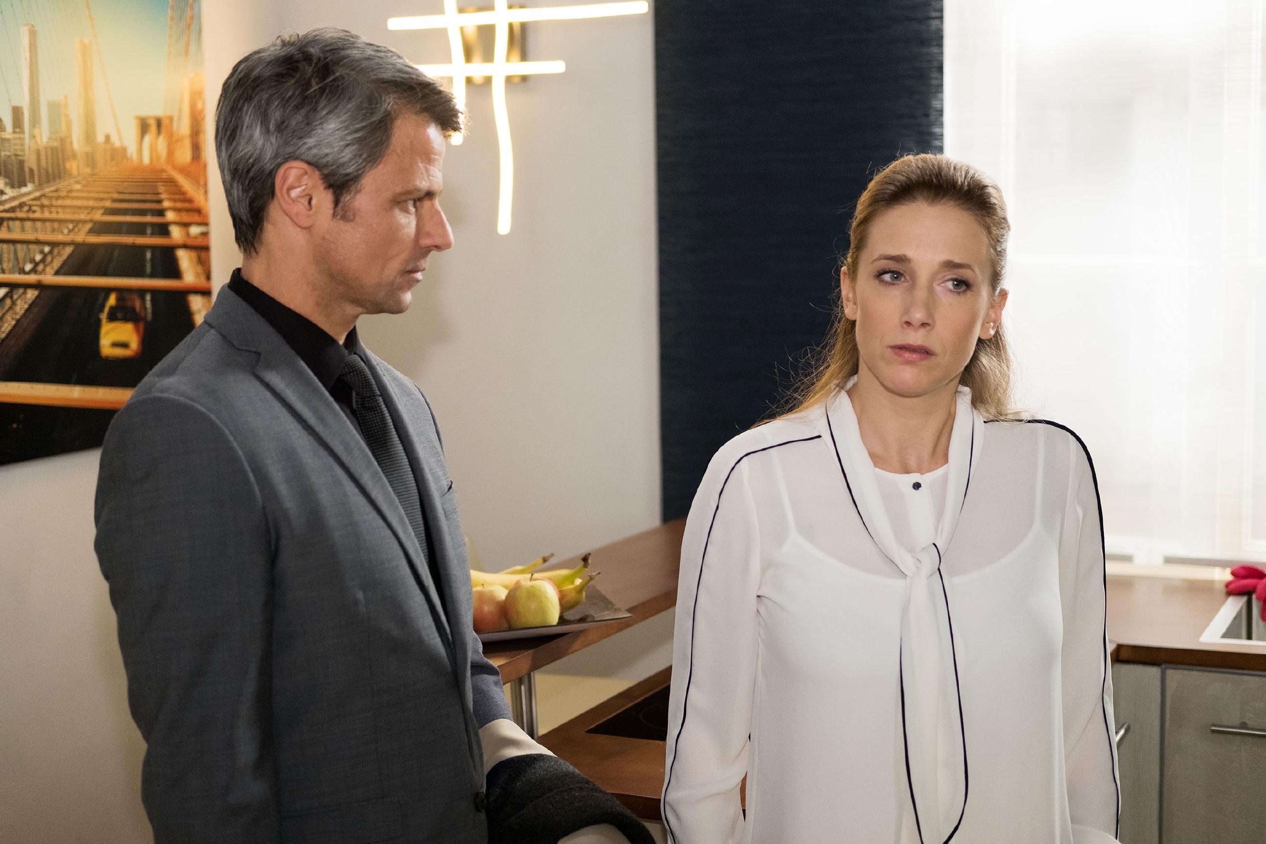 Benedikt (Jens Hajek) entzieht Andrea (Kristin Meyer) sein Vertrauen und verletzt sie damit sehr. (Quelle: RTL / Stefan Behrens)