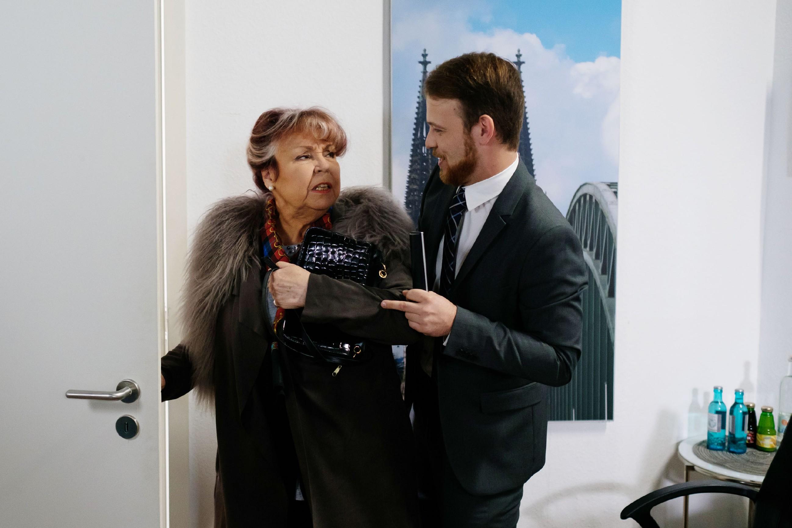 Tobias' (Patrick Müller) Geduld wird von Roswitha (Andrea Brix) auf eine harte Probe gestellt. (Quelle: RTL / Stefan Behrens)