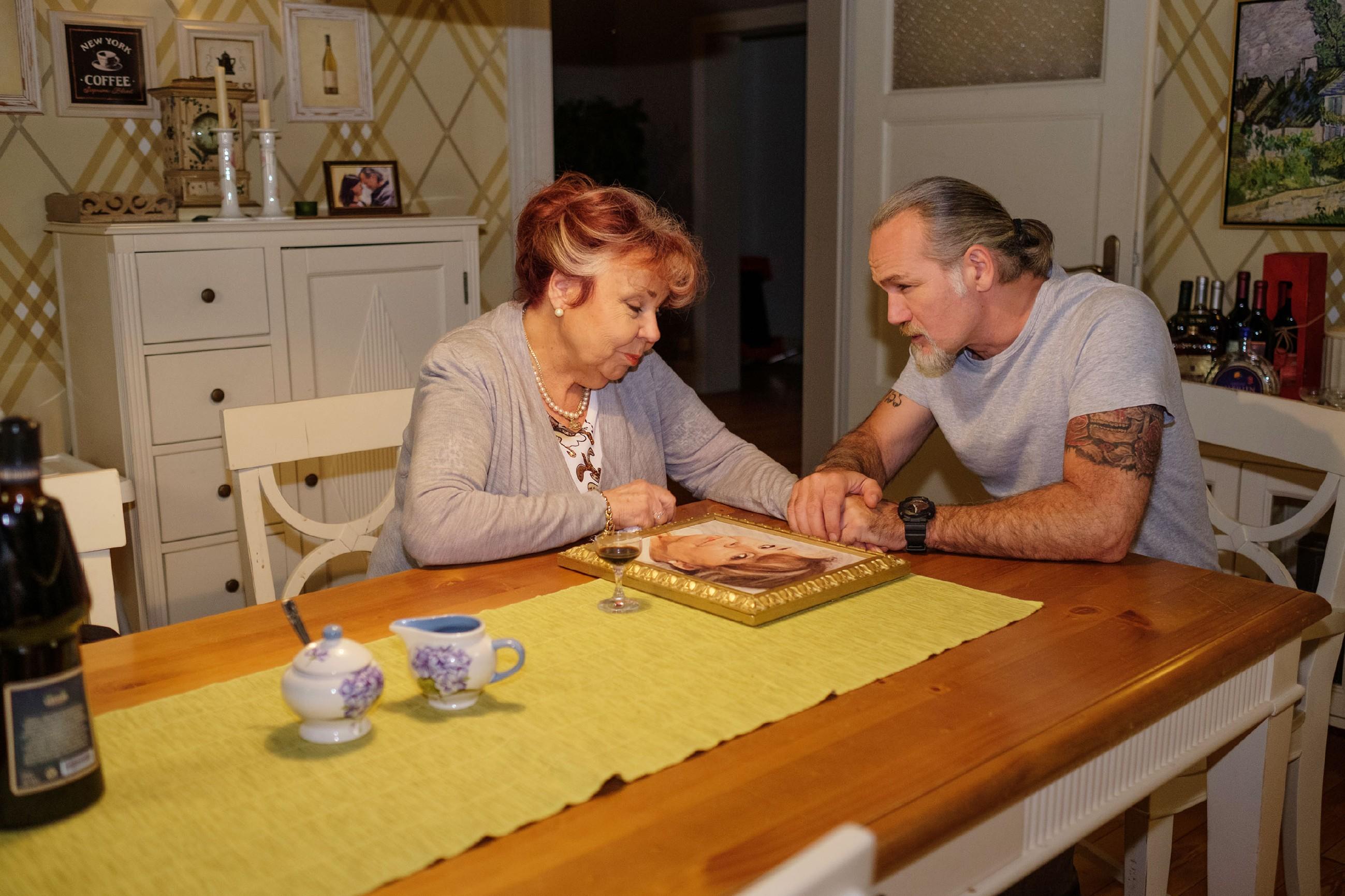 Robert (Luca Maric) versichert seiner trauernden Mutter Roswitha (Andrea Brix), dass sie nicht alleine ist. (Quelle: RTL / Stefan Behrens)
