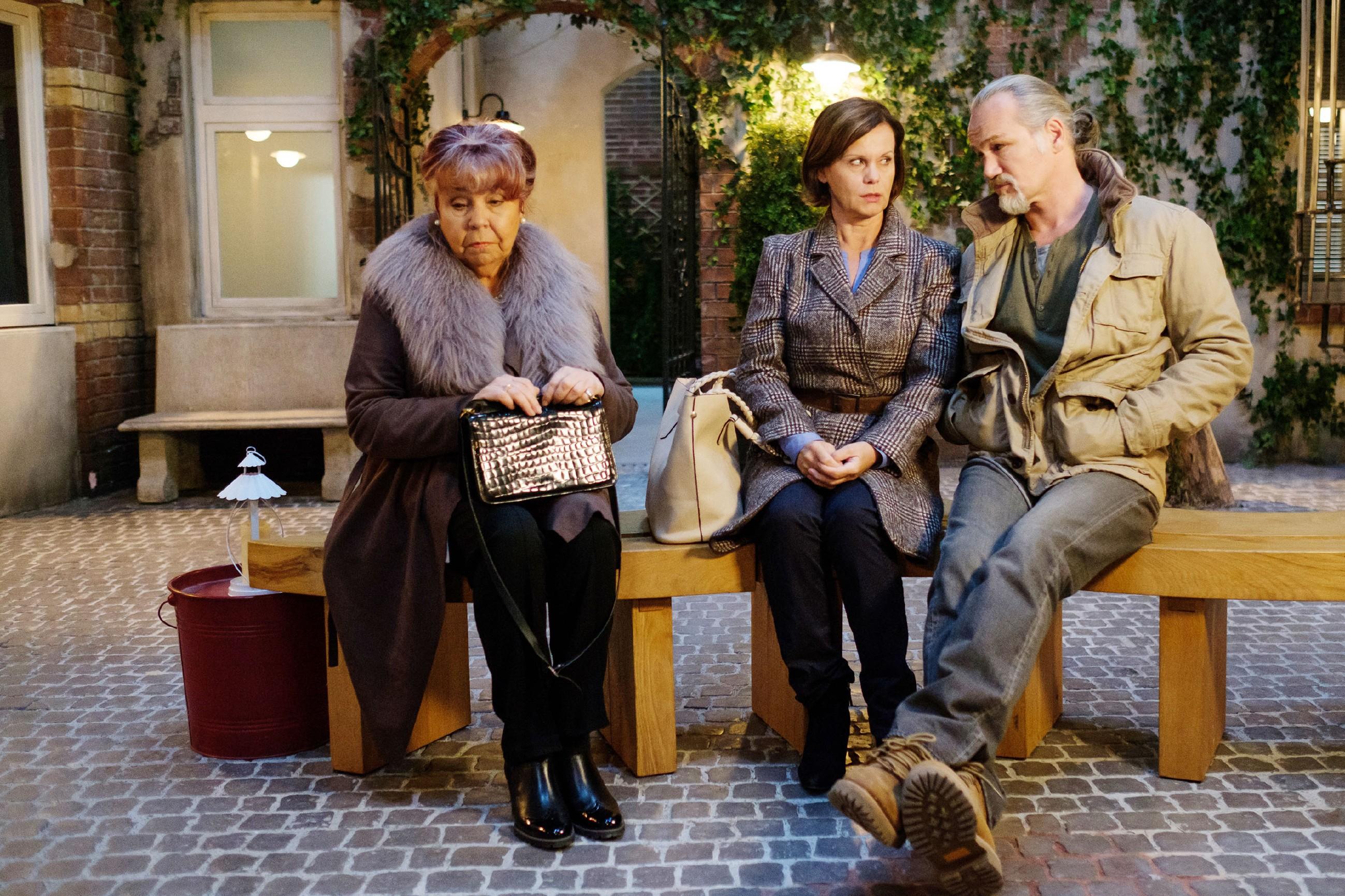 Robert (Luca Maric) und Irene (Petra Blossey, M.) wird frustriert klar, dass sie sich auf eine anstrengende Zeit mit Roswitha (Andrea Brix) einstellen müssen. (Quelle: RTL / Stefan Behrens)